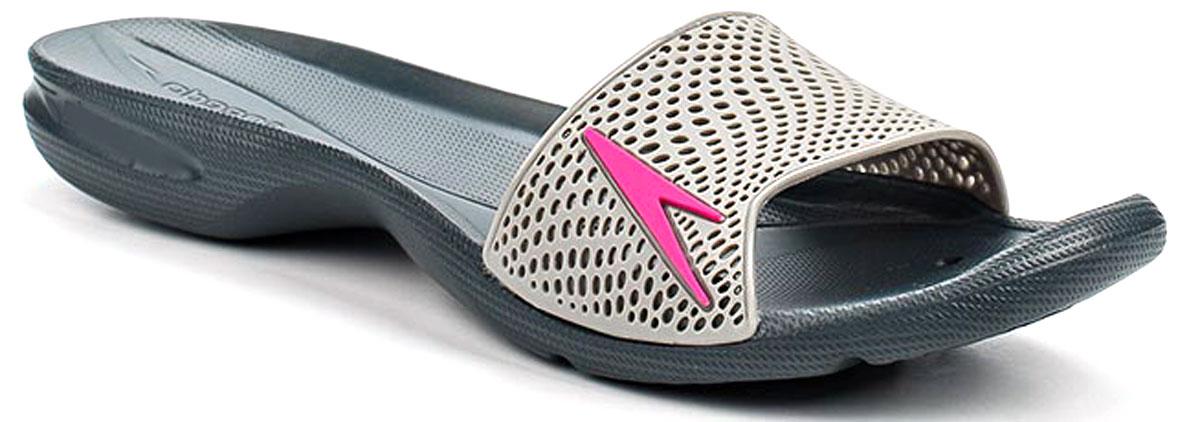 Шлепанцы женские Speedo Atami II Max, цвет: темно-серый, белый. 8-09188B556-B556. Размер 4 (37)8-09188B556-B556Оригинальные женские шлепанцы Atami II Max от Speedo с перфорированной верхней частью изделия, благодаря которой быстро удаляется влага и обеспечивается дополнительная вентиляция, изготовлены из термополиуретана и оформлены символикой бренда. Рифление на верхней поверхности подошвы, выполненной из ЭВА материала, предотвращает выскальзывание ноги, отверстия в области носка предназначены для слива воды. Специальный рисунок подошвы гарантирует оптимальное сцепление при ходьбе как по сухой, так и по влажной поверхности. Удобные шлепанцы прекрасно подойдут для похода в бассейн или на пляж.