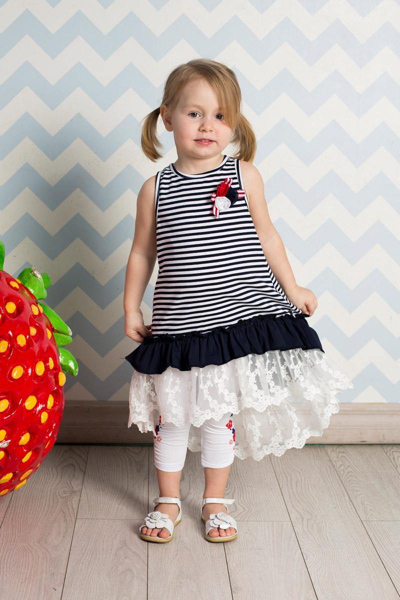 Сарафан для девочки Sweet Berry, цвет: темно-синий, белый. 712060. Размер 86712060Яркий сарафан для девочки Sweet Berry выполнен из качественного эластичного хлопка с принтом в полоску и брошью из цветов на кокетке. Модель А-силуэта с удлиненной спинкой дополнена воланами из контрастной ткани и кружев по низу и застегивается на контрастные кнопки на спинке.