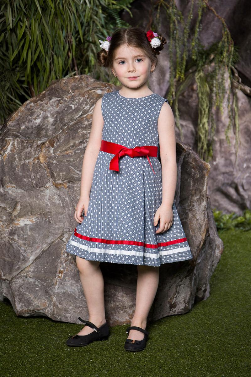 Платье для девочки Sweet Berry, цвет: синий. 714103. Размер 110714103Классическое платье для девочки Sweet Berry выполнено из натурального хлопка и оформлено принтом в мелкую полоску и горошек. Модель средней длины с пышной юбкой-солнцем застегивается сзади на потайную застежку-молнию. Линию талии подчеркивает текстильный поясок контрастного цвета, спереди дополненный бантиком. Низ платья декорирован контрастными лентами.