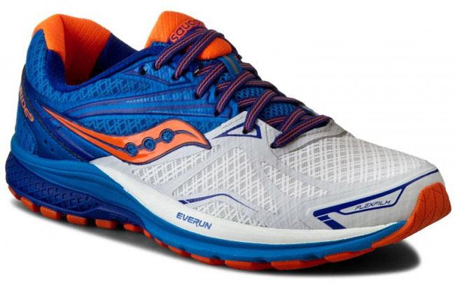 Кроссовки для бега мужские Saucony Ride 9, цвет: белый, синий, оранжевый. S20318-5. Размер 9,5 (43)S20318-5Мужские кроссовки для бега Saucony Ride 9 выполнены из сетчатого текстиля, который хорошо пропускает воздух и обеспечивает оптимальную вентиляцию. Шнуровка надежно фиксирует модель на ноге. Внутренняя подкладка, выполненная по технологии RunDry, впитывает влагу и обеспечивает комфорт во время бега. Дляподдержания стопы при движении используется прочный и легкий материал FlexFilm. Подошва с технологией TRI-Flex и специальная вставка IBR+ помогают равномерно распределять нагрузку во время бега. Модель Ride 9, благодаря вставке EVERUN, обеспечивает более плавное приземление в пятке и уменьшает давление в передней части стопы.Износоустойчивая подошва класса XT-900 дополнена рельефным рисунком, который способствует отличному сцеплению с поверхностью.