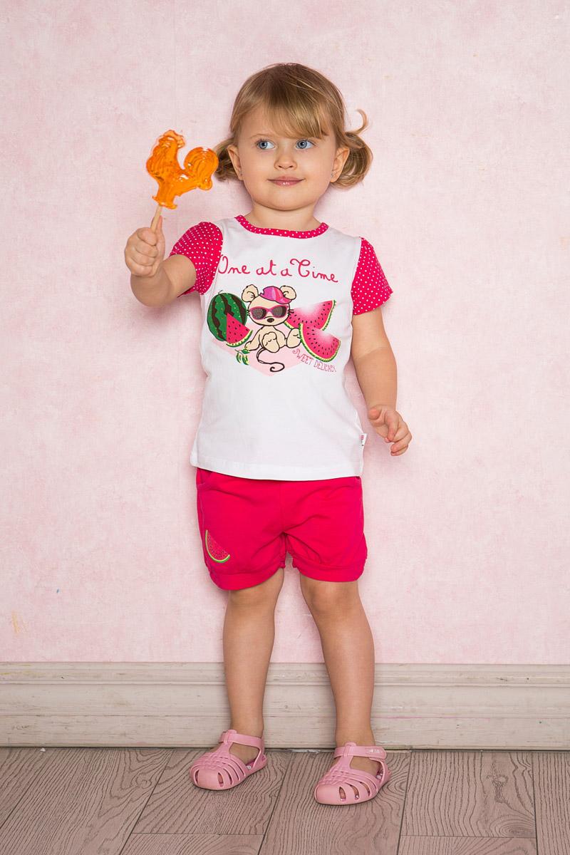 Футболка для девочки Sweet Berry Baby, цвет: белый. 712102. Размер 92712102Яркая футболка для девочки Sweet Berry выполнена из качественного эластичного хлопка с оригинальным принтом. Модель с круглым вырезом горловины и короткими рукавами застегивается на пуговицу на спинке. Рукава и воротник с мягкой эластичной бейкой выполнены из материала контрастного цвета.
