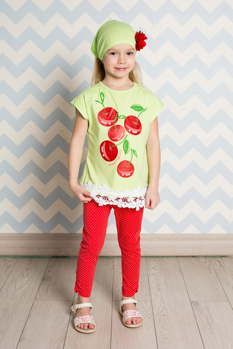 Футболка для девочки Sweet Berry, цвет: салатовый. 714149. Размер 98714149Яркая футболка для девочки Sweet Berry, выполненная из качественного эластичного хлопка, станет отличным дополнением к детскому гардеробу. Модель прямого кроя с круглым вырезом горловины оформлена оригинальным принтом и кружевом по низу. Воротник дополнен мягкой эластичной бейкой.