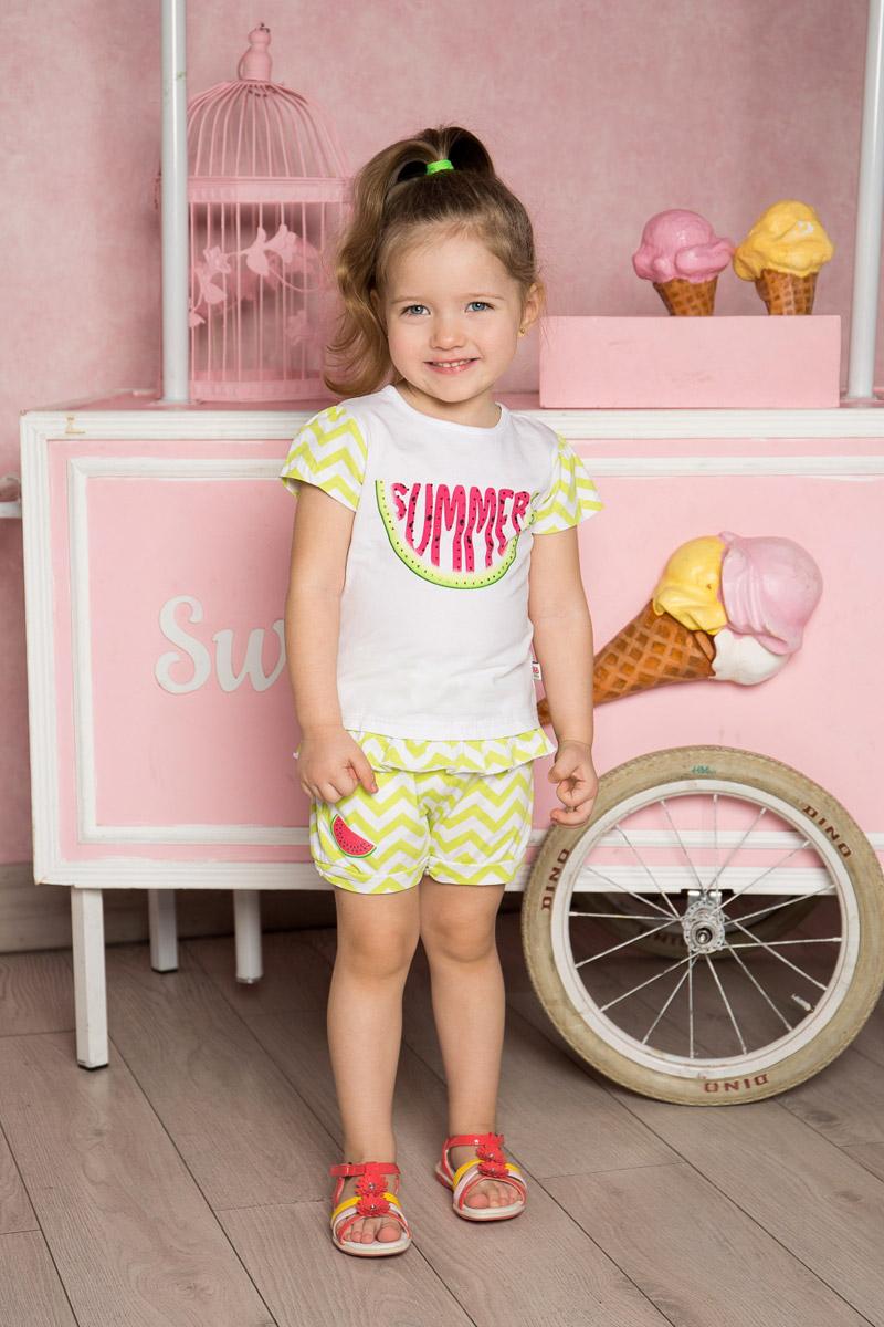Шорты для девочки Sweet Berry Baby, цвет: белый, салатовый. 712105. Размер 86712105Стильные шорты для девочки Sweet Berry выполнены из мягкого трикотажного материала и оформлены принтом в зигзагообразную полоску и яркой вышивкой. Модель прямого кроя с манжетами на брючинах имеет пояс на мягкой резинке, оформленный декоративным бантиком. Спереди изделие дополнено двумя втачными карманами.