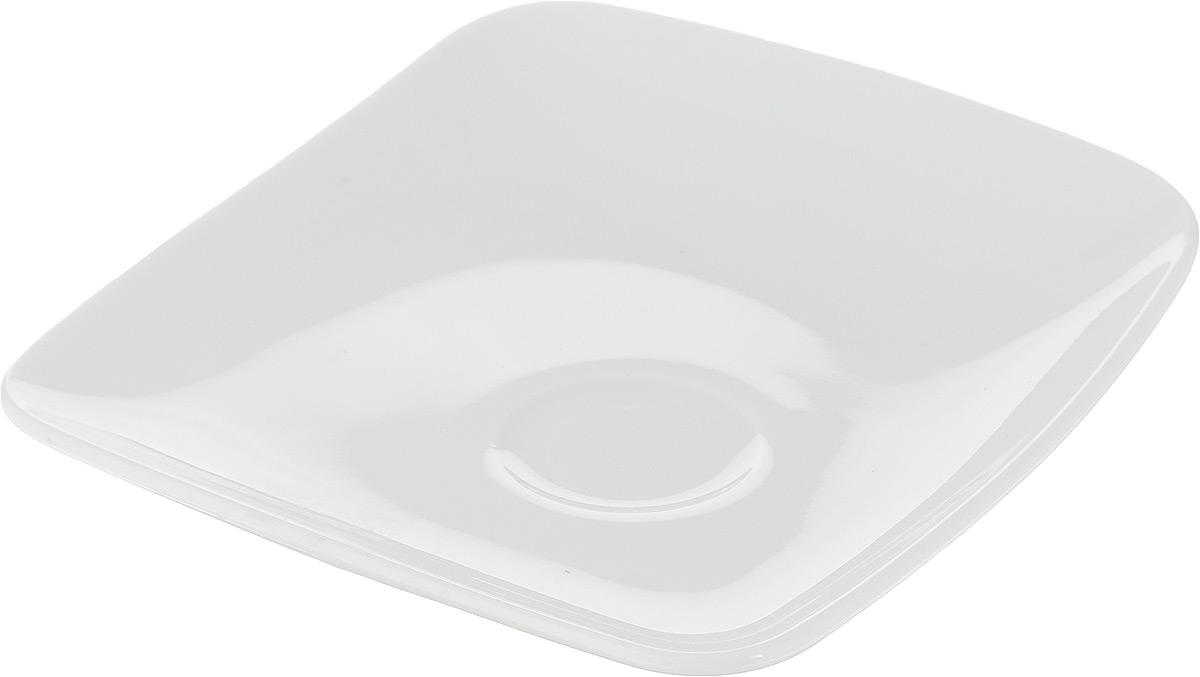 Блюдце Ariane Vital Square, 12 х 12 смAVSARN14012Оригинальное блюдце Ariane Vital Square изготовлено из высококачественного фарфора с глазурованным покрытием и оснащено приподнятым краем. Изделие сочетает в себе изысканный дизайн с максимальной функциональностью. Блюдце прекрасно впишется в интерьер вашей кухни и станет достойным дополнением к кухонному инвентарю. Можно мыть в посудомоечной машине и использовать в микроволновой печи. Размер блюдца (по верхнему краю): 12 х 12 см. Максимальная высота: 2,8 см.