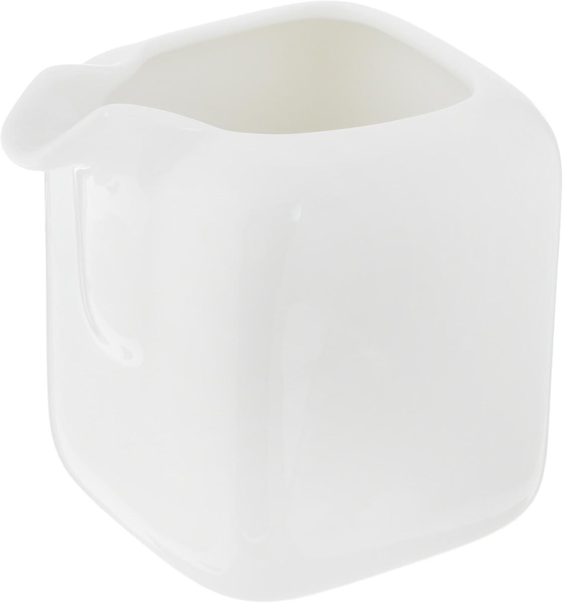 """Молочник Ariane """"Vital Square"""" изготовлен из высококачественного фарфора, покрытого глазурью. Изделие предназначено для сервировки сливок или молока. Такой молочник отлично подойдет как для праздничного чаепития, так и для повседневного использования. Изделие функциональное, практичное и легкое в уходе. Размеры: 6 х 8 х 8 см."""