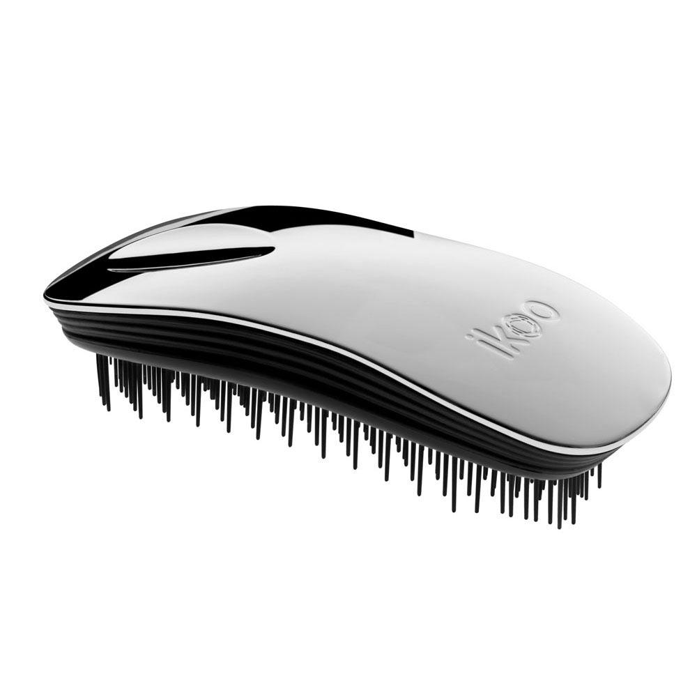 Ikoo Расческа-детанглер Home black Oyster Metallic90221Коллекция ikoo Metallic – это стильная линейка расчесок-детанглеровВыполненная из легкого металла, она не только сохраняет все достоинства iKoo, безболезненно распутывает волосы и обеспечивает прекрасный массаж головы по принципам традиционной китайской медицины, но и станет прекрасным дополнением вашего образа.Ikoo – расческа-детанглер, которая:- придает объем и блеск волосам- массирует кожу головы- позволяет заботиться о волосах даже во время расчесывания и не оставляет шанса секущимся кончикам- легко распутывает влажные волосы- распутывает волосы без болиУникальный подход щетки ikoo — расположение и структура щетинок, которые позволяют не только легко распутывать и расчесывать волосы, но и делать массаж головы в соответствии с принципами традиционной китайской медицины. Щетинки стимулируют энергетические меридианы и рефлексогенные зоны, что также положительно влияет на вегетативную нервную систему. Благодаря оптимальной степени твердости щетины, волосы распутываются легко и без вытягивания. Щетка ikoo сохраняет свою функциональность даже после долговременного использования.Дизайн расчески основан на принципах традиционной китайской медицины, которые практикуются уже более 2000 лет, и до сих пор. Согласно им, массаж головы оказывает гармонизирующий эффект на весь организм. Вогнутая форма расчески ikoo позволяет делать себе массаж по специальным акупунктурным точкам и рефлексогенным зонам кожи головы.В результате чего усиливается кровообращение и наполнение волос питательными элементами. Ежедневный массаж расческой ikoo поможет поддержать здоровье всей области головы и шеи. Таким образом, расческа становится не только повседневным аксессуаром, а полноценным инструментом для поддержания здоровья.