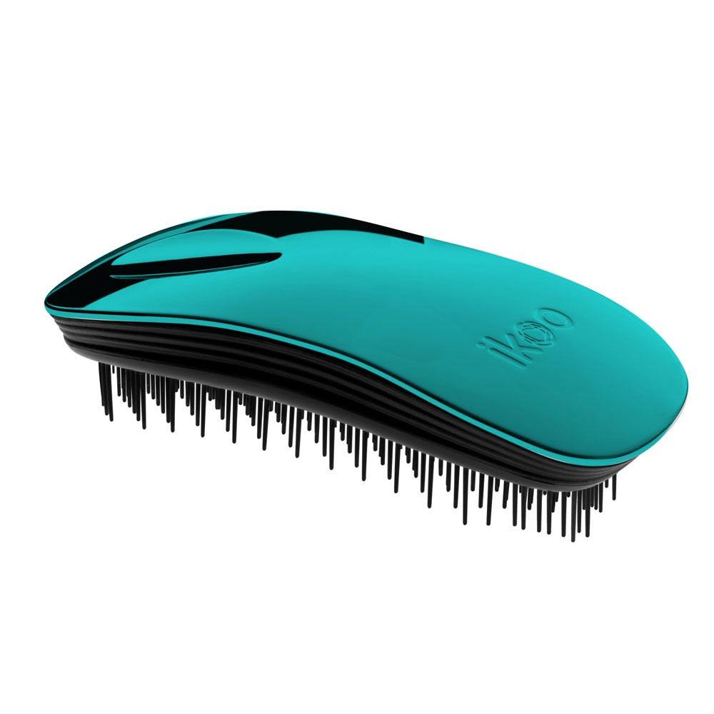 Ikoo Расческа-детанглер Home black Pacific Metallic90283Коллекция ikoo Metallic – это стильная линейка расчесок-детанглеровВыполненная из легкого металла, она не только сохраняет все достоинства iKoo, безболезненно распутывает волосы и обеспечивает прекрасный массаж головы по принципам традиционной китайской медицины, но и станет прекрасным дополнением вашего образа.Ikoo – расческа-детанглер, которая:- придает объем и блеск волосам- массирует кожу головы- позволяет заботиться о волосах даже во время расчесывания и не оставляет шанса секущимся кончикам- легко распутывает влажные волосы- распутывает волосы без болиУникальный подход щетки ikoo — расположение и структура щетинок, которые позволяют не только легко распутывать и расчесывать волосы, но и делать массаж головы в соответствии с принципами традиционной китайской медицины. Щетинки стимулируют энергетические меридианы и рефлексогенные зоны, что также положительно влияет на вегетативную нервную систему. Благодаря оптимальной степени твердости щетины, волосы распутываются легко и без вытягивания. Щетка ikoo сохраняет свою функциональность даже после долговременного использования.Дизайн расчески основан на принципах традиционной китайской медицины, которые практикуются уже более 2000 лет, и до сих пор. Согласно им, массаж головы оказывает гармонизирующий эффект на весь организм. Вогнутая форма расчески ikoo позволяет делать себе массаж по специальным акупунктурным точкам и рефлексогенным зонам кожи головы.В результате чего усиливается кровообращение и наполнение волос питательными элементами. Ежедневный массаж расческой ikoo поможет поддержать здоровье всей области головы и шеи. Таким образом, расческа становится не только повседневным аксессуаром, а полноценным инструментом для поддержания здоровья.