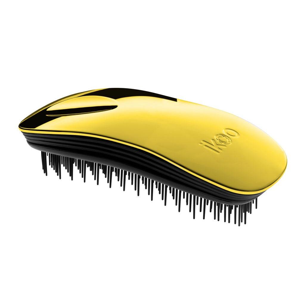 Ikoo Расческа-детанглер Home black Soleil Metallic90207Коллекция ikoo Metallic – это стильная линейка расчесок-детанглеровВыполненная из легкого металла, она не только сохраняет все достоинства iKoo, безболезненно распутывает волосы и обеспечивает прекрасный массаж головы по принципам традиционной китайской медицины, но и станет прекрасным дополнением вашего образа.Ikoo – расческа-детанглер, которая:- придает объем и блеск волосам- массирует кожу головы- позволяет заботиться о волосах даже во время расчесывания и не оставляет шанса секущимся кончикам- легко распутывает влажные волосы- распутывает волосы без болиУникальный подход щетки ikoo — расположение и структура щетинок, которые позволяют не только легко распутывать и расчесывать волосы, но и делать массаж головы в соответствии с принципами традиционной китайской медицины. Щетинки стимулируют энергетические меридианы и рефлексогенные зоны, что также положительно влияет на вегетативную нервную систему. Благодаря оптимальной степени твердости щетины, волосы распутываются легко и без вытягивания. Щетка ikoo сохраняет свою функциональность даже после долговременного использования.Дизайн расчески основан на принципах традиционной китайской медицины, которые практикуются уже более 2000 лет, и до сих пор. Согласно им, массаж головы оказывает гармонизирующий эффект на весь организм. Вогнутая форма расчески ikoo позволяет делать себе массаж по специальным акупунктурным точкам и рефлексогенным зонам кожи головы.В результате чего усиливается кровообращение и наполнение волос питательными элементами. Ежедневный массаж расческой ikoo поможет поддержать здоровье всей области головы и шеи. Таким образом, расческа становится не только повседневным аксессуаром, а полноценным инструментом для поддержания здоровья.