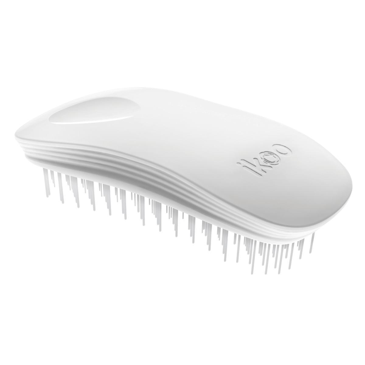 Ikoo Расческа-детанглер Home Classic White90023Ikoo – это расческа-детанглер, которая:- придает объем и блеск волосам- массирует кожу головы- позволяет заботиться о волосах даже во время расчесывания и не оставляет шанса секущимся кончикам- легко распутывает влажные волосы- распутывает волосы без болиУникальный подход щетки ikoo — расположение и структура щетинок, которые позволяют не только легко распутывать и расчесывать волосы, но и делать массаж головы в соответствии с принципами традиционной китайской медицины. Щетинки стимулируют энергетические меридианы и рефлексогенные зоны, что также положительно влияет на вегетативную нервную систему. Благодаря оптимальной степени твердости щетины, волосы распутываются легко и без вытягивания. Щетка ikoo сохраняет свою функциональность даже после долговременного использования.Щетки ikoo изготовлены из высококачественной смолы и акрила. Для комфортного использования корпус щетки отделан натуральной резиной, что помогает надежно удерживать щетку в руке. Скомбинировав эти три материала, мы избежали использования дерева и натуральной щетины, так как эти материалы подходят не для всех типов волос, а также труднее очищаются. Щетки ikoo соблюдают все гигиенические стандарты за счет своего состава. В процессе разработки мы уделили большое внимание дизайну щетки, чтобы и правшам, и левшам было комфортно ей пользоваться.Дизайн расчески основан на принципах традиционной китайской медицины, которые практикуются уже более 2000 лет, и до сих пор. Согласно им, массаж головы оказывает гармонизирующий эффект на весь организм. Вогнутая форма расчески ikoo позволяет делать себе массаж по специальным акупунктурным точкам и рефлексогенным зонам кожи головы.В результате чего усиливается кровообращение и наполнение волос питательными элементами. Ежедневный массаж расческой ikoo поможет поддержать здоровье всей области головы и шеи. Таким образом, расческа становится не только повседневным аксессуаром, а полноценным инструментом для поддержания з