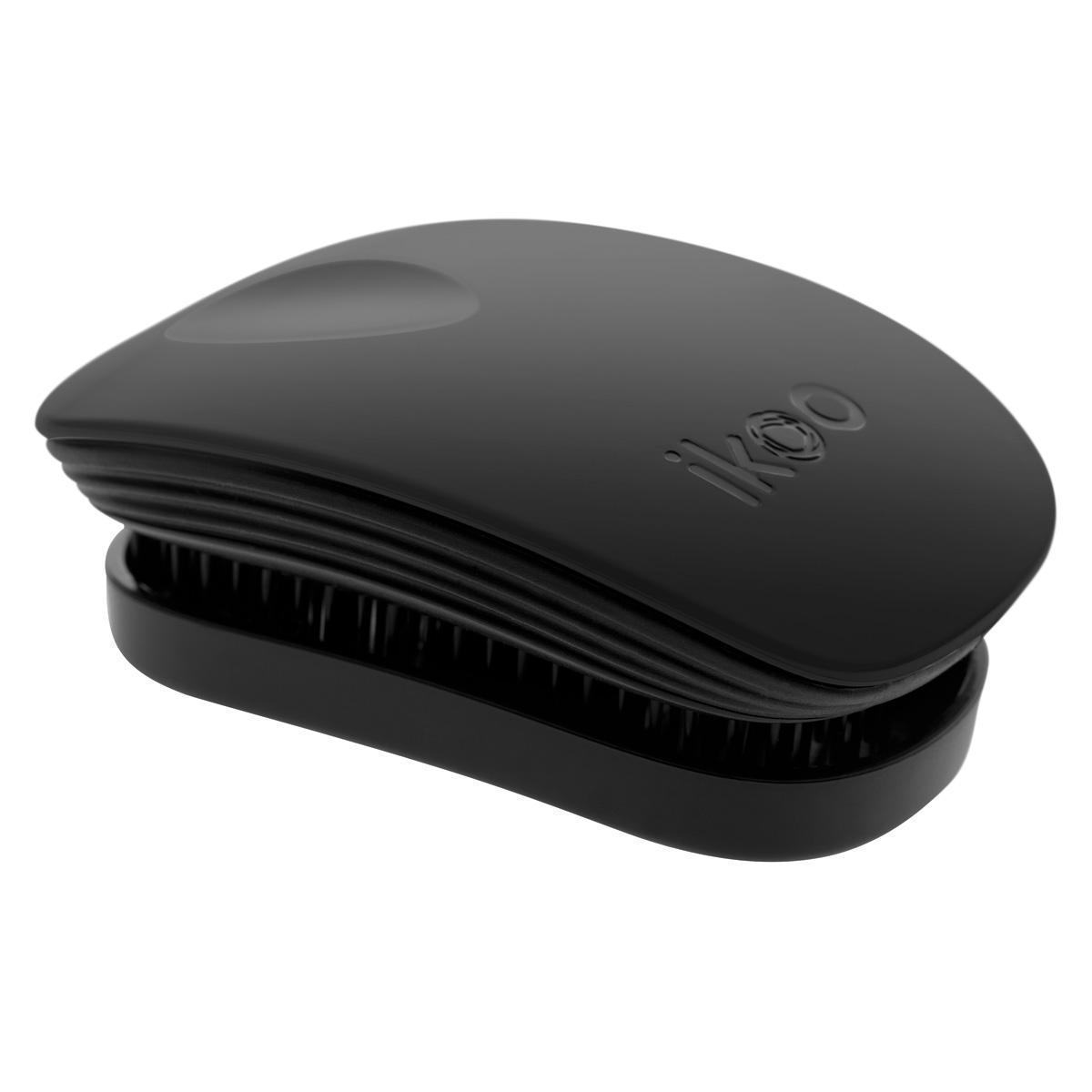 Ikoo Расческа-детанглер Pocket Classic Black90030ikoo Pocket – расческа для тех, кто всегда в движенииЕсли Вы не хотите упускать шанс всегда иметь под рукой удобную расческу, а также оставить позади секущиеся концы и поврежденные волосы, то карманная версия расчески iKoo – то, что Вам нужно!«Младшая сестра» ikoo Pocket обладает всеми качествами оригинальной версии, а также имеет удобную крышку, которая предохранит расческу от загрязнений, а Вашу сумку – от попадания волос. Ikoo – это расческа-детанглер, которая:- придает объем и блеск волосам- массирует кожу головы- позволяет заботиться о волосах даже во время расчесывания и не оставляет шанса секущимся кончикам- легко распутывает влажные волосы- распутывает волосы без болиУникальный подход щетки ikoo — расположение и структура щетинок, которые позволяют не только легко распутывать и расчесывать волосы, но и делать массаж головы в соответствии с принципами традиционной китайской медицины. Щетинки стимулируют энергетические меридианы и рефлексогенные зоны, что также положительно влияет на вегетативную нервную систему. Благодаря оптимальной степени твердости щетины, волосы распутываются легко и без вытягивания. Щетка ikoo сохраняет свою функциональность даже после долговременного использования.Щетки ikoo изготовлены из высококачественной смолы и акрила. Для комфортного использования корпус щетки отделан натуральной резиной, что помогает надежно удерживать щетку в руке. Скомбинировав эти три материала, мы избежали использования дерева и натуральной щетины, так как эти материалы подходят не для всех типов волос, а также труднее очищаются. Щетки ikoo соблюдают все гигиенические стандарты за счет своего состава. В процессе разработки мы уделили большое внимание дизайну щетки, чтобы и правшам, и левшам было комфортно ей пользоваться.Дизайн расчески основан на принципах традиционной китайской медицины, которые практикуются уже более 2000 лет, и до сих пор. Согласно им, массаж головы оказывает гармонизирующий эффект на весь 
