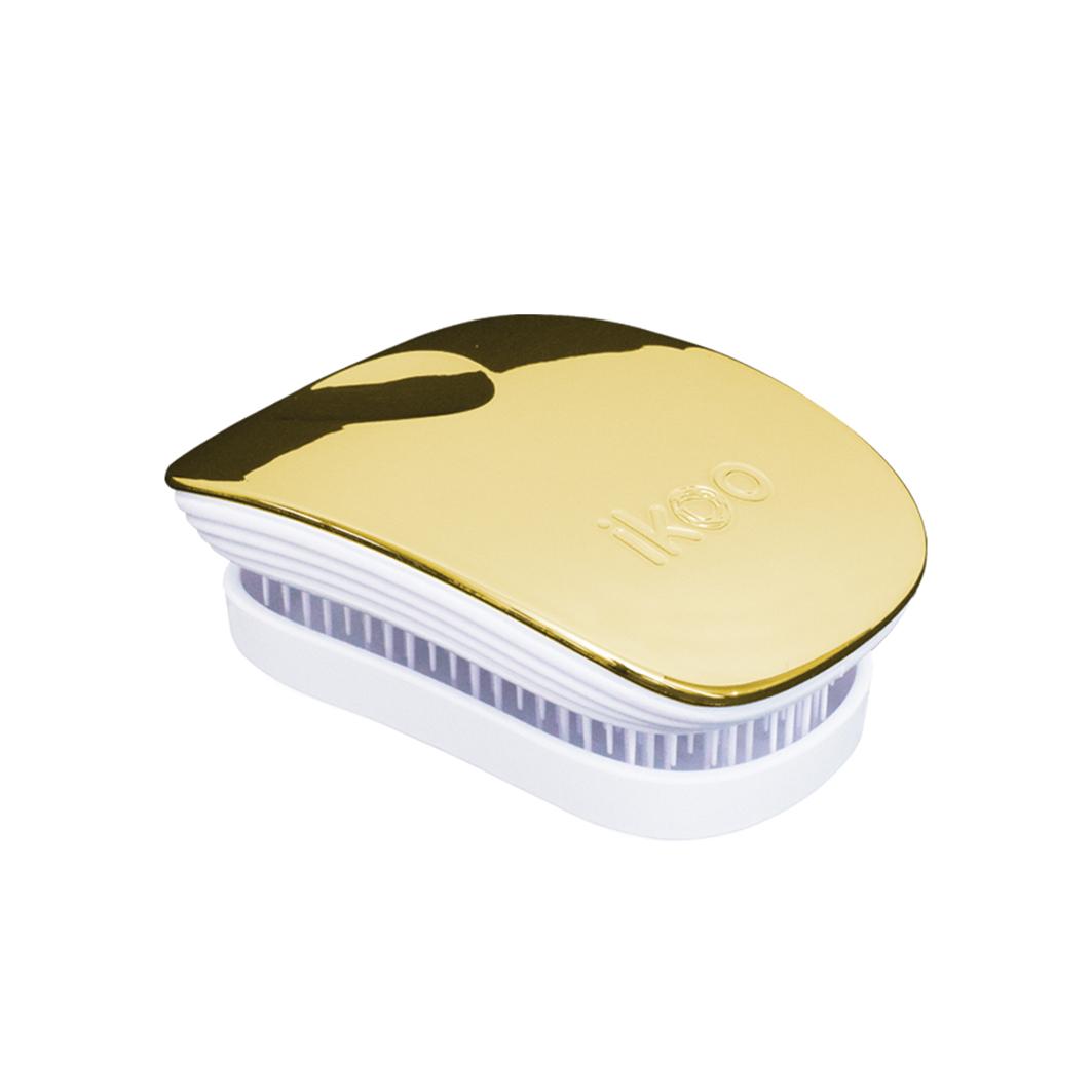 Ikoo Расческа-детанглер Pocket White Soleil Metallic91013Коллекция ikoo Metallic – это стильная линейка расчесок-детанглеровВыполненная из легкого металла, она не только сохраняет все достоинства iKoo, безболезненно распутывает волосы и обеспечивает прекрасный массаж головы по принципам традиционной китайской медицины, но и станет прекрасным дополнением вашего образа.ikoo Pocket – расческа для тех, кто всегда в движенииЕсли Вы не хотите упускать шанс всегда иметь под рукой удобную расческу, а также оставить позади секущиеся концы и поврежденные волосы, то карманная версия расчески iKoo – то, что Вам нужно!«Младшая сестра» ikoo Pocket обладает всеми качествами оригинальной версии, а также имеет удобную крышку, которая предохранит расческу от загрязнений, а Вашу сумку – от попадания волос. Ikoo – расческа-детанглер, которая:- придает объем и блеск волосам- массирует кожу головы- позволяет заботиться о волосах даже во время расчесывания и не оставляет шанса секущимся кончикам- легко распутывает влажные волосы- распутывает волосы без болиУникальный подход щетки ikoo — расположение и структура щетинок, которые позволяют не только легко распутывать и расчесывать волосы, но и делать массаж головы в соответствии с принципами традиционной китайской медицины. Щетинки стимулируют энергетические меридианы и рефлексогенные зоны, что также положительно влияет на вегетативную нервную систему. Благодаря оптимальной степени твердости щетины, волосы распутываются легко и без вытягивания. Щетка ikoo сохраняет свою функциональность даже после долговременного использования.Дизайн расчески основан на принципах традиционной китайской медицины, которые практикуются уже более 2000 лет, и до сих пор. Согласно им, массаж головы оказывает гармонизирующий эффект на весь организм. Вогнутая форма расчески ikoo позволяет делать себе массаж по специальным акупунктурным точкам и рефлексогенным зонам кожи головы.В результате чего усиливается кровообращение и наполнение волос питательными элементами. 