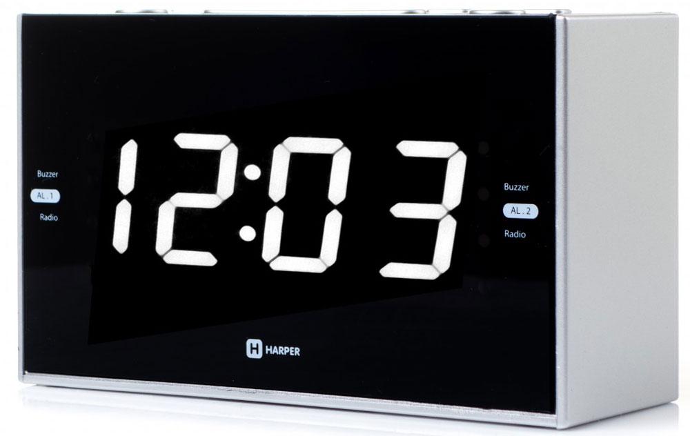 Harper HCLK-2041 радиобудильникH00001164Harper HCLK-2041 – это удобный прибор, в котором совмещены функции часов, будильника и радиоприемника. Приэтом функции можно совместить между собой – так, вы можете установить в качестве мелодии на будильник эфирлюбимой радиостанции.Устройство запоминает до 20 радиоканалов - 10 в FM-диапазоне и 10 в AM-диапазоне. Найти их вы можете как вавтоматическом, так и в ручном режиме (последняя функция пригодится в зоне не очень уверенногорадиосигнала). Выбранная радиочастота будет отражаться на дисплее.Часы-будильник оснащены ярким светодиодным дисплеем, на котором время видно даже в полной темноте. Приэтом энергии прибор расходует совсем немного.Harper HCLK-2041 работают от электросети. Батарейки используются для сохранения настроек при отключениипитания.Кнопки, удобно расположенные на корпусе будильника, позволяют увеличить или уменьшить громкость,настроить частоту радиосигнала, часы, задать время срабатывания будильника (можно настроить дванезависимых будильника одновременно).