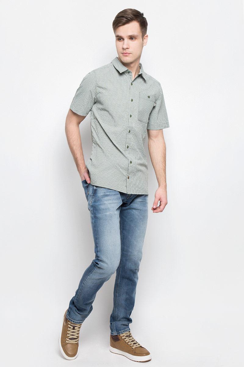 Рубашка мужская The North Face M S/S Hypress, цвет: темно-зеленый, белый. T0CD5ZNYC. Размер L (52)T0CD5ZNYCСтильная мужская рубашка The North Face, изготовленная из нейлона с полиэстером, необычайно мягкая и приятная на ощупь, не сковывает движения и позволяет коже дышать, обеспечивая наибольший комфорт. Рубашка со степенью защиты от ультрафиолета UPF50 подходит для путешествий - отличный вариант для природы и не только.Модная рубашка с отложным воротником и короткими рукавами застегивается на пластиковые пуговицы по всей длине изделия. По бокам предусмотрены разрезы. Смещенные швы на плечах обеспечивают удобство ношения рюкзака. Модель оформлена принтом в клетку и на груди слева дополнена накладным карманом на пуговице. Эта рубашка идеальный вариант для повседневного гардероба.Такая модель порадует настоящих ценителей комфорта и практичности!