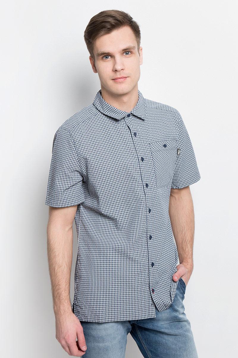 Рубашка мужская The North Face M S/S Hypress, цвет: темно-синий, белый. T0CD5ZH2G. Размер XL (54)T0CD5ZH2GСтильная мужская рубашка The North Face, изготовленная из нейлона с полиэстером, необычайно мягкая и приятная на ощупь, не сковывает движения и позволяет коже дышать, обеспечивая наибольший комфорт. Рубашка со степенью защиты от ультрафиолета UPF50 подходит для путешествий - отличный вариант для природы и не только.Модная рубашка с отложным воротником и короткими рукавами застегивается на пластиковые пуговицы по всей длине изделия. По бокам предусмотрены разрезы. Смещенные швы на плечах обеспечивают удобство ношения рюкзака. Модель оформлена принтом в клетку и на груди слева дополнена накладным карманом на пуговице. Эта рубашка идеальный вариант для повседневного гардероба.Такая модель порадует настоящих ценителей комфорта и практичности!