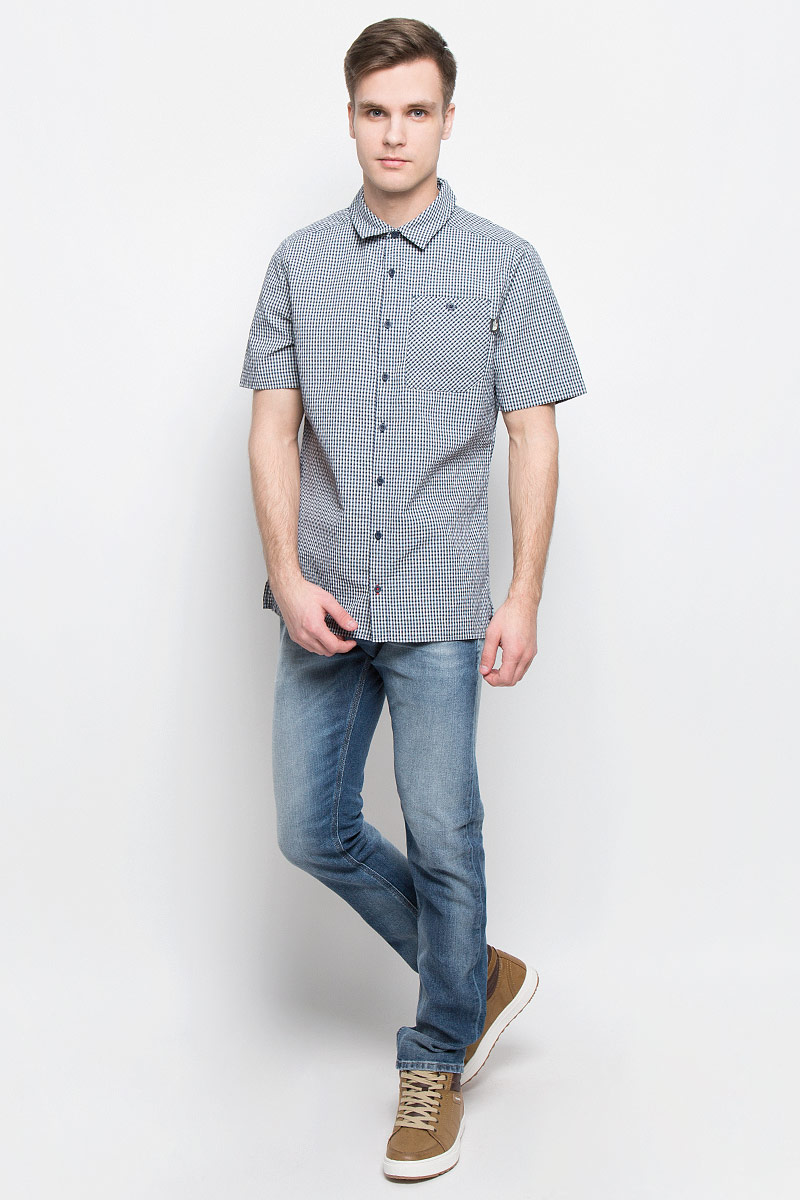 Рубашка мужская The North Face M S/S Hypress, цвет: темно-синий, белый. T0CD5ZH2G. Размер L (52)T0CD5ZH2GСтильная мужская рубашка The North Face, изготовленная из нейлона с полиэстером, необычайно мягкая и приятная на ощупь, не сковывает движения и позволяет коже дышать, обеспечивая наибольший комфорт. Рубашка со степенью защиты от ультрафиолета UPF50 подходит для путешествий - отличный вариант для природы и не только.Модная рубашка с отложным воротником и короткими рукавами застегивается на пластиковые пуговицы по всей длине изделия. По бокам предусмотрены разрезы. Смещенные швы на плечах обеспечивают удобство ношения рюкзака. Модель оформлена принтом в клетку и на груди слева дополнена накладным карманом на пуговице. Эта рубашка идеальный вариант для повседневного гардероба.Такая модель порадует настоящих ценителей комфорта и практичности!