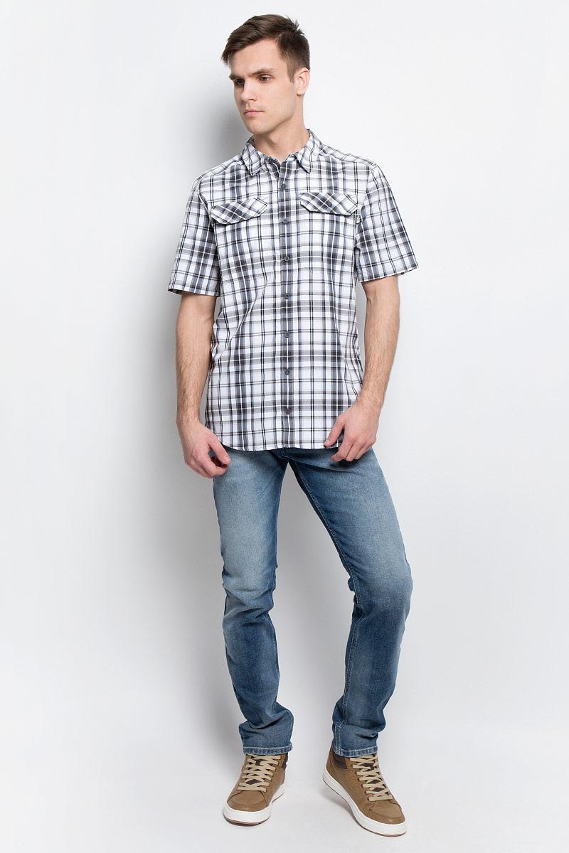 Рубашка мужская The North Face M S/S Pine Knot, цвет: серый, белый. T92S7XU34. Размер XL (54)T92S7XU34Мужская рубашка The North Face M S/S Pine Knot выполнена из полиэстера с добавлением нейлона. Рубашка с короткими рукавами и отложным воротником застегивается на пуговицы спереди.Рубашка оформлена принтом в клетку. На груди расположены два накладных кармана с клапанами на пуговицах.