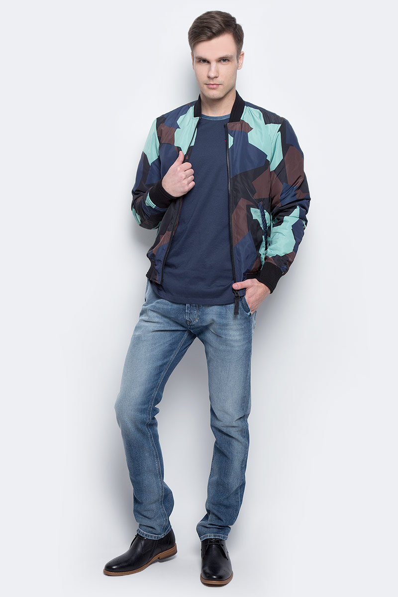 Куртка мужская Diesel, цвет: синий, черный, коричневый. 00SVU2-0QAPC/5EB. Размер M (46)00SVU2-0QAPC/5EBСтильная мужская куртка-бомбер Diesel изготовлена из 100% полиэстера. Модель застегивается на молнию по всей длине, имеет длинные стандартные рукава и два боковых прорезных кармана. Горловина, манжеты рукавов и низ куртки дополнены эластичным материалом. Модель украшена оригинальным принтом.