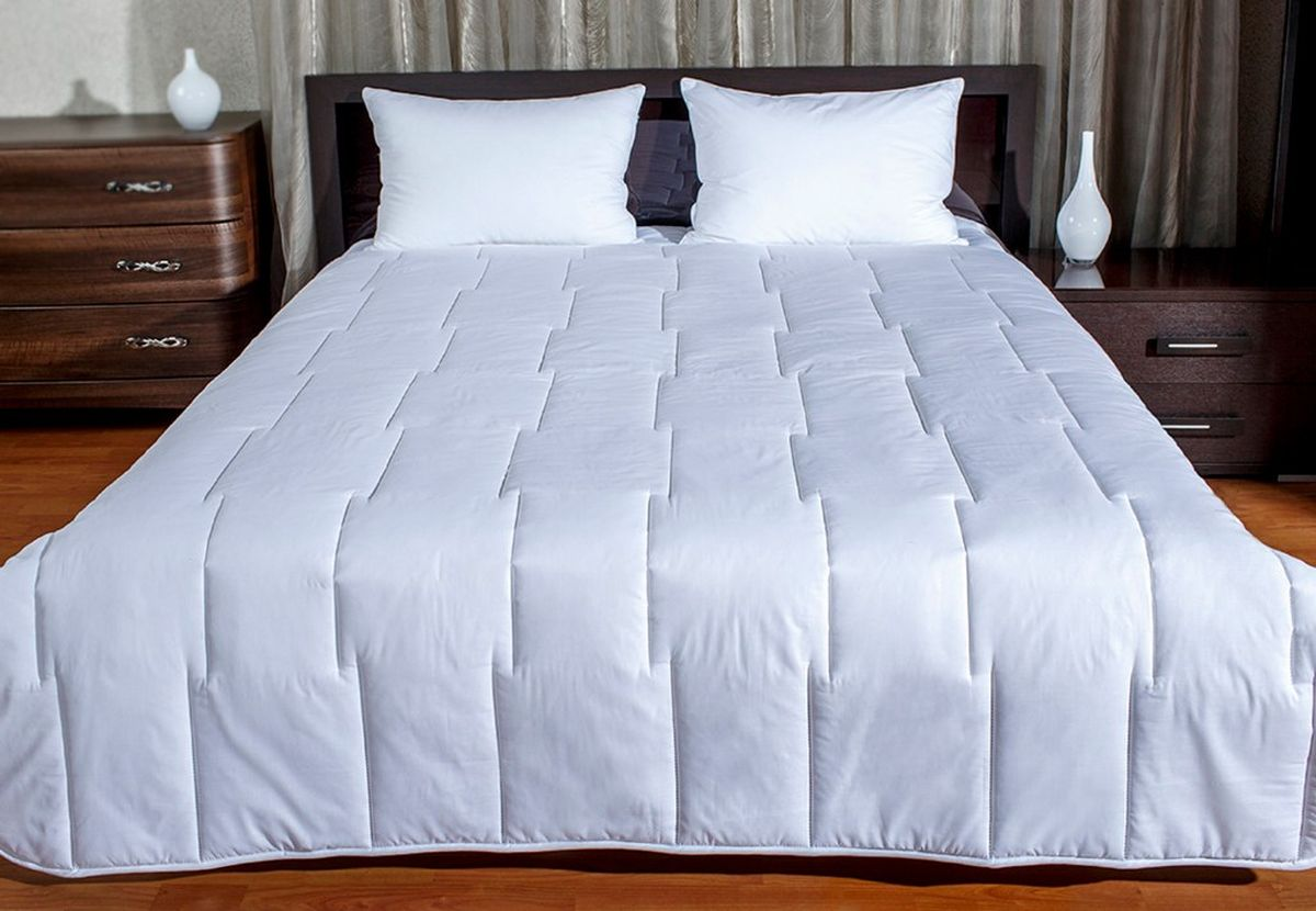 Одеяло Романс с наполнителем Экофайбер в чехле из хлопковой ткани с кантом. Одеяло легко стирается и быстро сохнет.