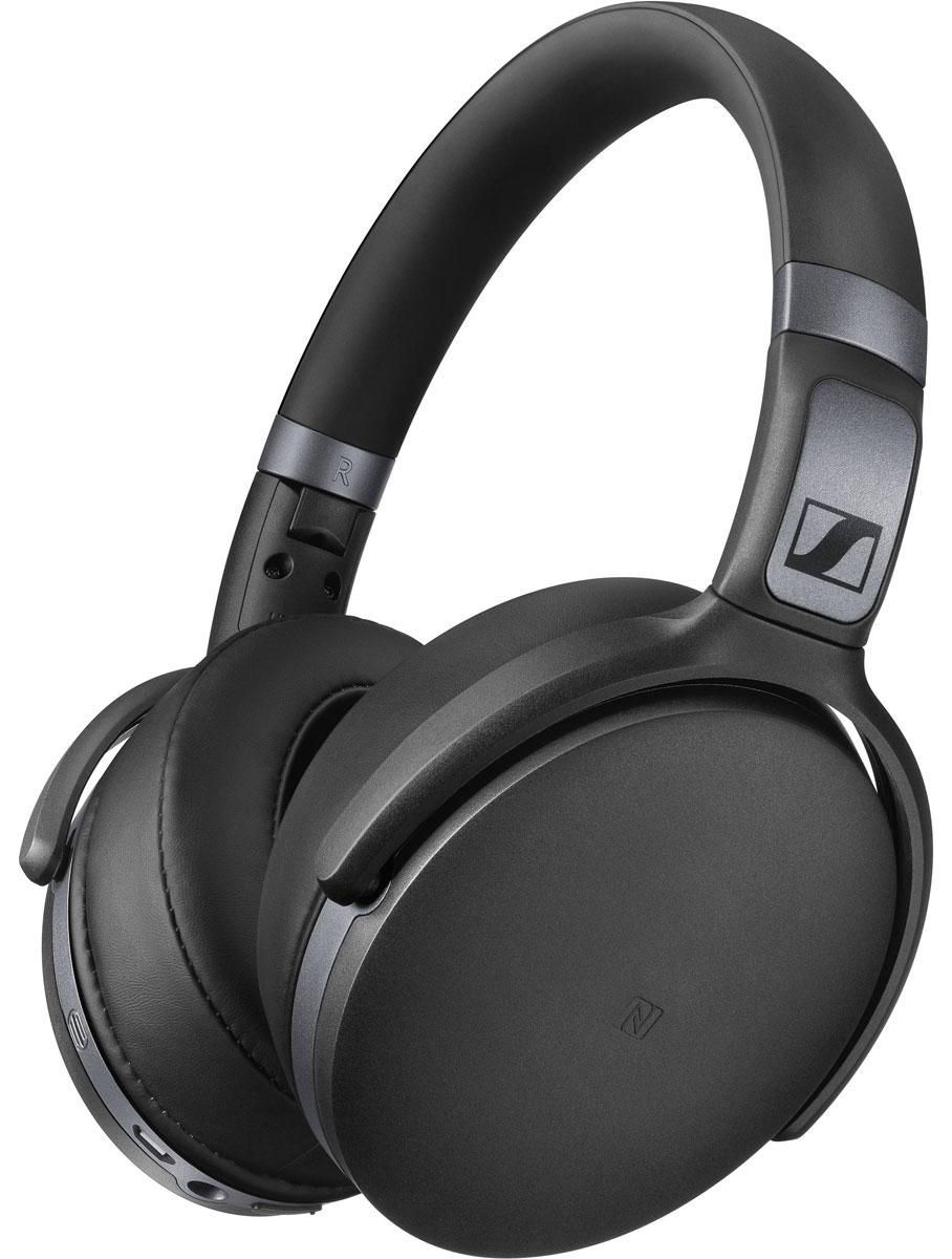 Sennheiser HD 4.40 BT, Black наушники506782Беспроводные Bluetooth наушники Sennheiser HD 4.40 BT гарантируют невероятное удовольствие от прослушивания как дома, так и в движении, благодаря качественному звуку, активной системе шумоподавления NoiseGardTM, большим мягким амбушюрам, прочной складной конструкции и длительному времени автономной работы.Закрытые наушники специально спроектированы для использования с мобильными устройствами и являются идеальным компаньоном для прослушивания аудио контента на ходу. Оценить легендарное качество звука помогут 32 мм преобразователи Sennheiser.В наушниках HD 4.40 BT передовые технологии беспроводной связи: версия Bluetooth 4.0, кодек aptX, функция NFC. Удобные органы управления аудио контентом и микрофон для телефонных разговоров размешены на правой чашке наушников.Эргономичные охватывающие амбушюры обеспечивают непревзойдённый комфорт даже при длительном использовании. Одного заряда аккумулятора хватает на 25 часов беспрерывной работы. Наушники также можно использовать в пассивном режиме: для этого в комплект поставки включён аудио кабель.Элегантный минималистичный дизайн подчёркивается высококачественными материалами, а прочная конструкция гарантирует долгий срок службы даже при каждодневном использовании. Благодаря шарнирным креплениям амбушюров и складному оголовью наушники очень компактны при хранении и транспортировке в чехле, входящем в комплект поставки.