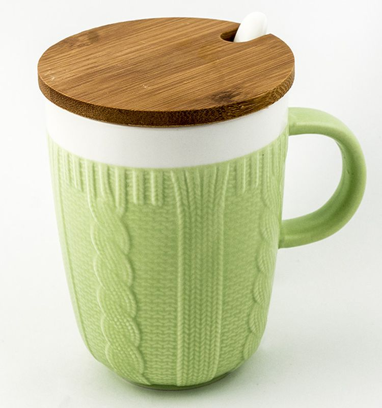Кружка Эврика Вязаная, цвет: зеленый, 300 мл96516Долгими зимними вечерами, в осеннюю слякоть или весеннюю распутицу приятно согреться кружкой чего-нибудь горячего, особенно, если она тоже одета в тёплый вязаный свитер. В комплект входит керамическая ложечка и крышка из бамбука, предохраняющая напиток от остывания. Уютный домашний дизайн, экологичные материалы, качественная упаковка делают эту кружку прекрасным подарком.