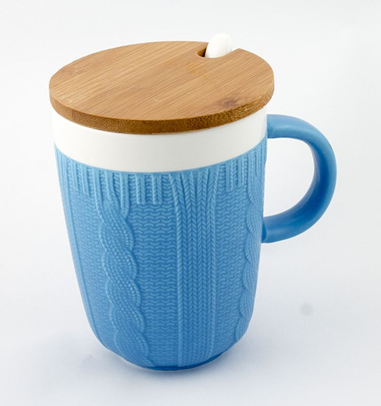 Кружка Эврика Вязаная, цвет: синий, 300 мл01-0107Долгими зимними вечерами, в осеннюю слякоть или весеннюю распутицу приятно согретьсякружкой чего-нибудь горячего, особенно, если она тоже одета в тёплый вязаный свитер. Вкомплект входит керамическая ложечка и крышка из бамбука, предохраняющая напиток отостывания. Уютный домашний дизайн, экологичные материалы, качественная упаковкаделают эту кружку прекрасным подарком.