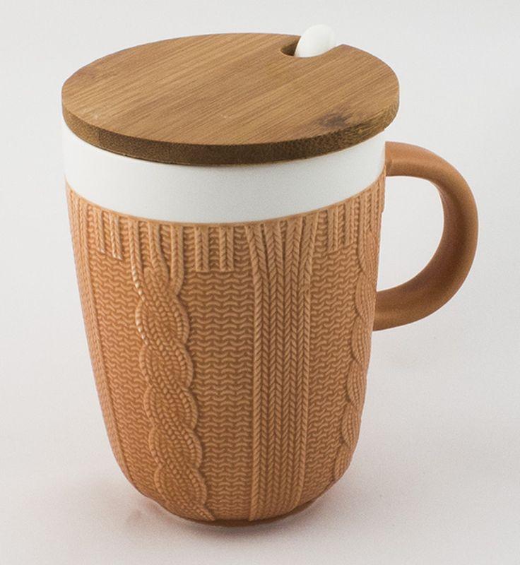 Кружка Эврика Вязаная, цвет: светло-коричневый, 300 мл96518Долгими зимними вечерами, в осеннюю слякоть или весеннюю распутицу приятно согреться кружкой чего-нибудь горячего, особенно, если она тоже одета в тёплый вязаный свитер. В комплект входит керамическая ложечка и крышка из бамбука, предохраняющая напиток от остывания. Уютный домашний дизайн, экологичные материалы, качественная упаковка делают эту кружку прекрасным подарком.