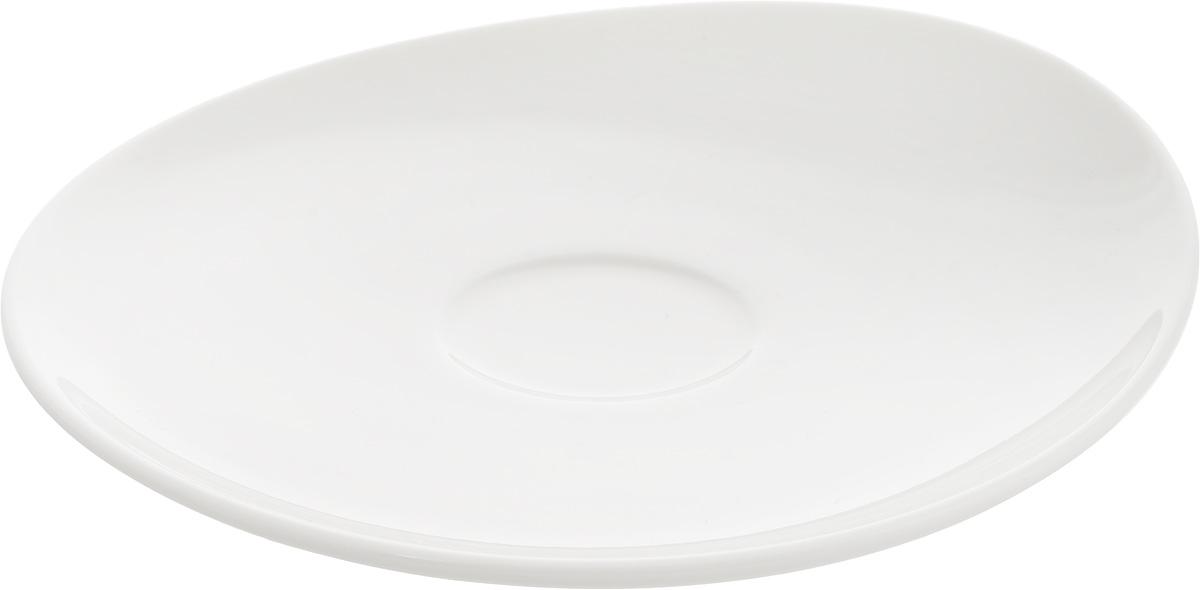 Блюдце Ariane Коуп, диаметр 15,5 смAVCARN14016Оригинальное блюдце Ariane Коуп, изготовленное из фарфора сглазурованным покрытием, оснащено приподнятым краем. Изделие сочетает в себе классическийдизайн с максимальной функциональностью. Блюдце прекрасно впишется в интерьер вашейкухни и станет достойным дополнением к кухонному инвентарю. Можно мыть в посудомоечной машине и использовать в микроволновой печи.Диаметр блюдца (по верхнему краю): 15,5 см.Максимальная высота блюдца: 2,5 см.