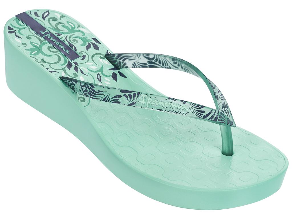 Сланцы женские Ipanema, цвет: зеленый. 81937-21380. Размер BRA 36 (37)81937-21380Стильные и удобные сланцы от Ipanema на маленькой танкетке - придутся вам по душе. Верх модели выполнен из поливинилхлорида. Ремешки с перемычкой гарантируют надежную фиксацию изделия на ноге.Стелька и верх модели украшены названием бренда и стильным рисунком. Рифление на верхней поверхности подошвы предотвращает выскальзывание ноги. Рельефное основание подошвы обеспечивает уверенное сцепление с любой поверхностью. Удобные сланцы прекрасно подойдут для похода в бассейн или на пляж.