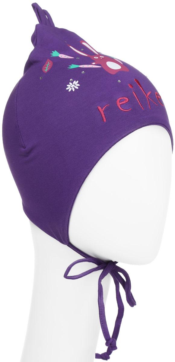 Шапка для девочки Reike Зайчики, цвет: фиолетовый. RKNSS17-HR2. Размер 48RKNSS17-HR2 violetЯркая двухслойная шапка для девочкиReike Зайчики, изготовленная из натурального хлопка, защитит голову ребенка от ветра в прохладную погоду. Модель удлинена, оформлена принтом со стразами и вышивкой в стиле серии, а также усиками на макушке. Изделие с удлиненными боковыми частямификсируется на голове при помощи завязок.Уважаемые клиенты!Размер, доступный для заказа, является обхватом головы.
