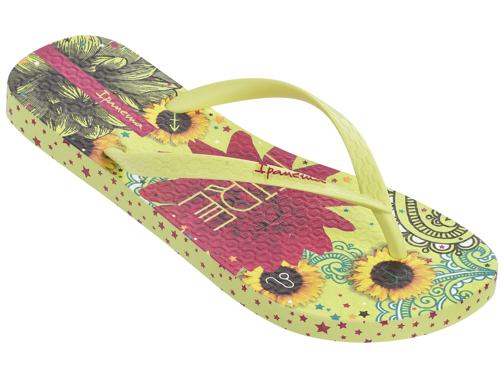 Сланцы женские Ipanema, цвет: желтый. 82043-21488. Размер BRA 36 (37)82043-21488Стильные и очень легкие сланцы от Ipanema - придутся вам по душе. Верх модели выполнен из поливинилхлорида. Ремешки с перемычкой гарантируют надежную фиксацию изделия на ноге.Стелька и верх модели украшены названием бренда и стильным рисунком. Рифление на верхней поверхности подошвы предотвращает выскальзывание ноги. Рельефное основание подошвы обеспечивает уверенное сцепление с любой поверхностью. Удобные сланцы прекрасно подойдут для похода в бассейн или на пляж.