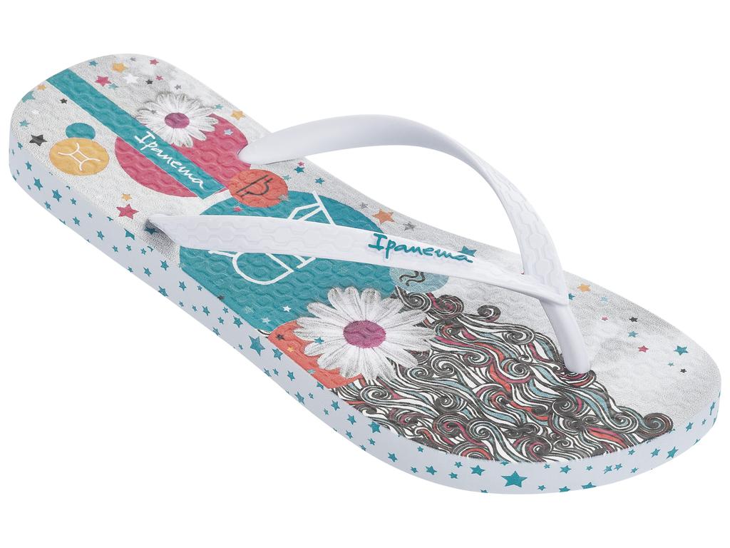 Сланцы женские Ipanema, цвет: белый. 82043-21552. Размер BRA 35 (36)82043-21552Стильные и очень легкие сланцы от Ipanema - придутся вам по душе. Верх модели выполнен из поливинилхлорида. Ремешки с перемычкой гарантируют надежную фиксацию изделия на ноге. Стелька и верх модели дополнены названием бренда и стильным, ярким рисунком. Рифление на верхней поверхности подошвы предотвращает выскальзывание ноги. Рельефное основание подошвы обеспечивает уверенное сцепление с любой поверхностью. Удобные сланцы прекрасно подойдут для похода в бассейн или на пляж.