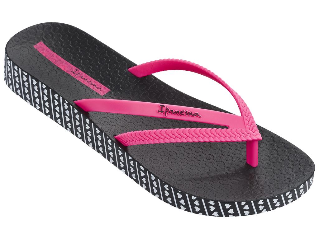 Сланцы женские Ipanema, цвет: черный, розовый. 82064-22883. Размер BRA 35 (36)82064-22883Очень легкие сланцы от Ipanema придутся вам по душе. Модель выполнена из поливинилхлорида и оформлена на ремешке логотипом бренда. Ремешки с перемычкой надежно зафиксируют модель на ноге. Стелька модели оформлена логотипом бренда. Вокруг подошвы нанесен рисунок в виде сердечек. Подошва с рифлением обеспечивает надежное сцепление с любой поверхностью. Удобные сланцы прекрасно подойдут для похода в бассейн или на пляж.