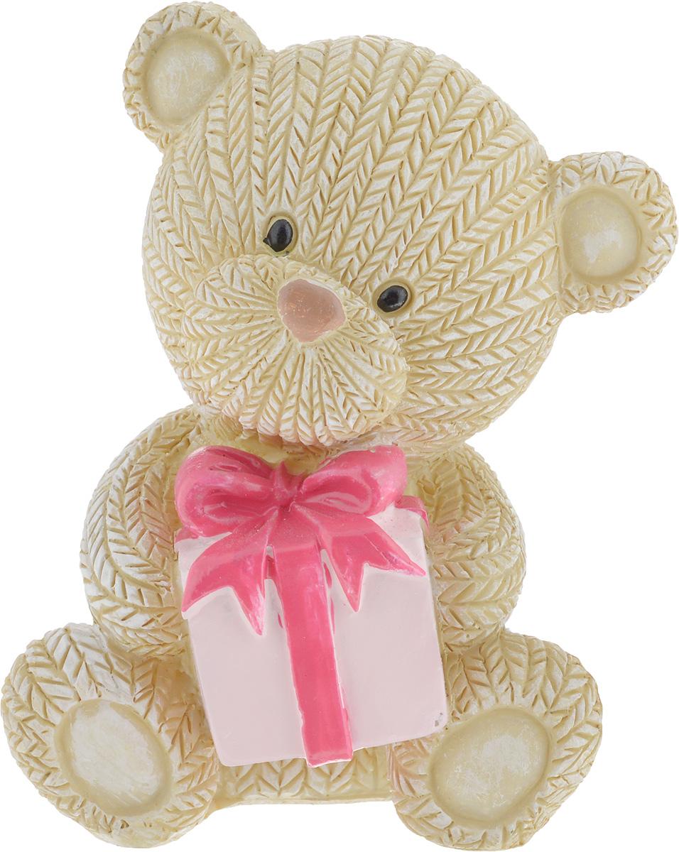 Фигурка декоративная Magic Home Мишка с подарком, 7,5 х 6 х 9 см44415Декоративная фигурка Мишка с подарком выполнена из полирезина. Такая фигурка прекрасно дополнит любой интерьер и станет хорошим подарком.