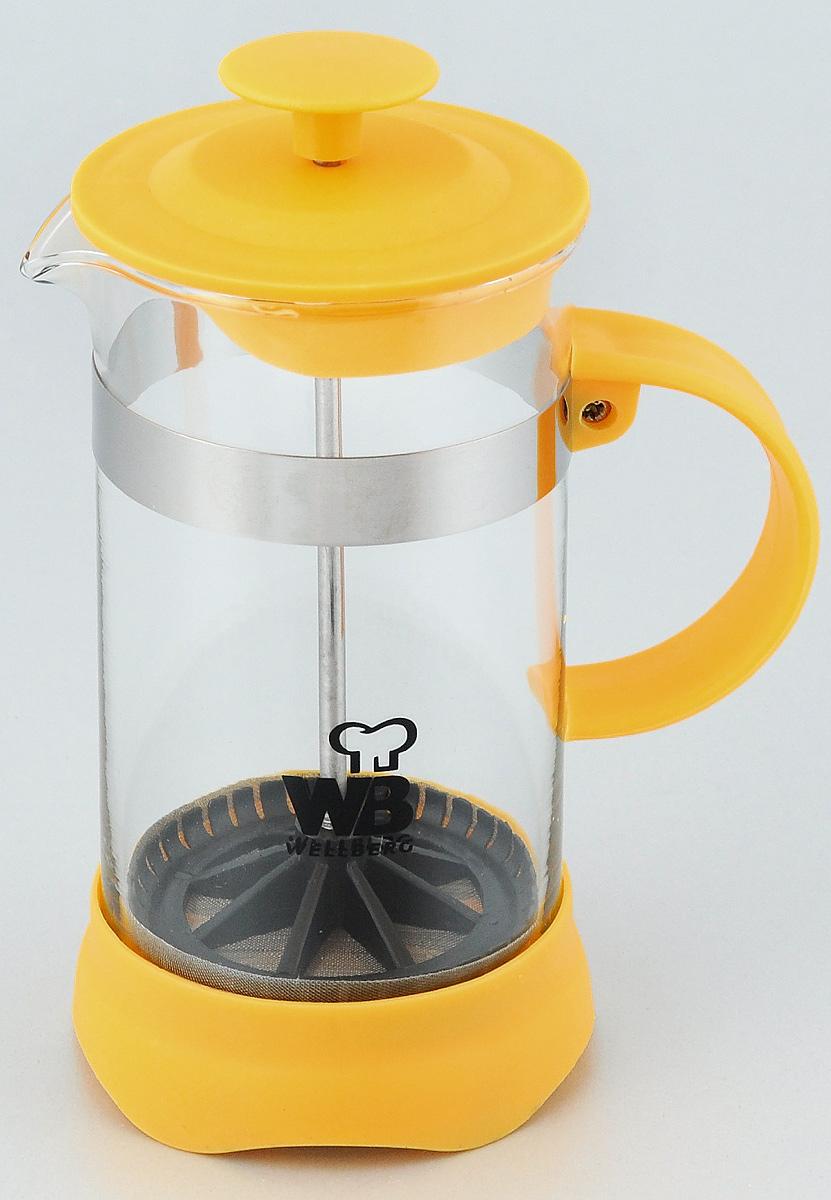 Френч-пресс Wellberg Trendy, цвет: желтый, прозрачный, 350 мл. 9933 WB9933 WB_желтыйФренч-пресс Wellberg Trendy предназначен для приготовления чая или кофе. Колба выполнена из термостойкого стекла; основание, ручка и крышка изготовлены из прочного пластика. Удобная ручка обеспечивает надежную фиксацию в руке. Утолщенный стальной ободок колбы повышает прочность и продлевает срок службы изделия. Форма края носика препятствует образованию подтеков. Плотно прилегающая крышка позволяет надолго сохранить аромат напитка. Засыпая чайную заварку или кофе под фильтр из нержавеющей стали, заливая горячей водой, вы получаете ароматный напиток с оптимальной крепостью и насыщенностью. Остановить процесс заваривания легко, для этого нужно просто опустить поршень, и вся заварка уйдет вниз, оставляя вверху напиток, готовый к употреблению.Френч-пресс позволит быстро и просто приготовить свежий и ароматный кофе или чай. Высота (без учета поршня): 14 см.Диаметр колбы (по верхнему краю): 7 см.