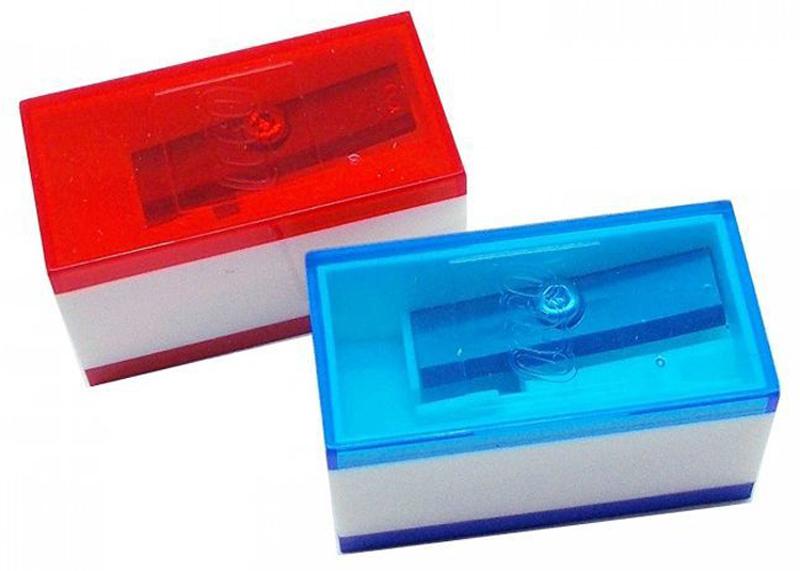 LEGO Точилка цвет синий красный 2 шт 5149651496Карандаш всегда норовит сломаться на самом ответственном участке работы. Вернуть ему остроту позволит набор фирменных точилок LEGO. В них дизайнерский вид отлично сочетается с функциональностью и удобством, гарантируя безопасность и аккуратность заточки. Пара вращений — и ваши карандаши вновь готовы к работе.
