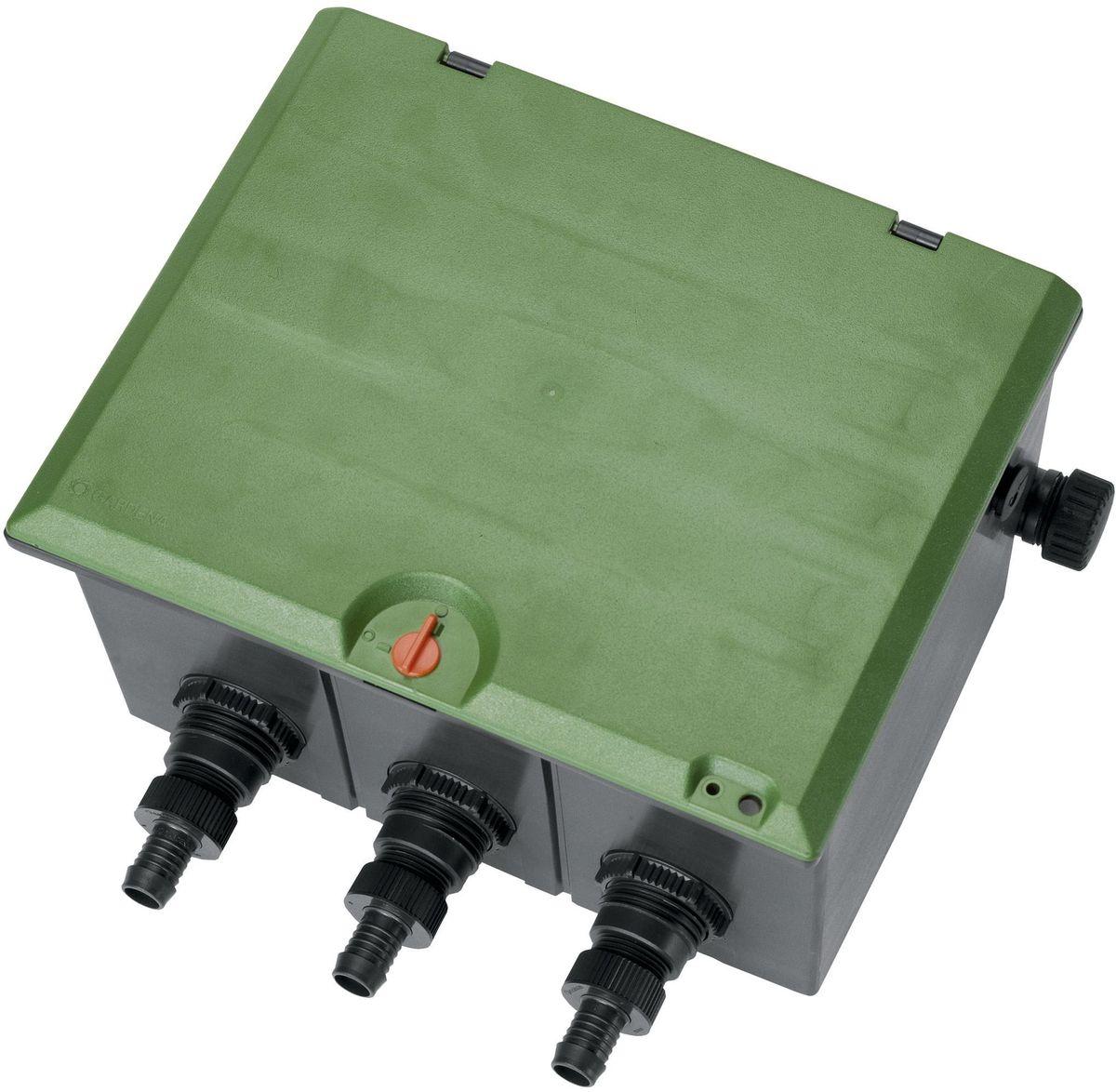 Коробка для клапана Gardena, для полива V3, наружная резьба 101255-29.000.00Коробка для клапана Gardena, для полива V3 рассчитана на подземную установку трех клапанов для полива 24 В (арт. 1278-20) или трех клапанов для полива 9 В (арт. 1251-20). Подача воды осуществляется с трех сторон. Телескопическое резьбовое соединение обеспечивает удобство монтажа/демонтажа клапана. Водонепроницаемый короб обеспечивает удобное и аккуратное кабельное соединение (24 В). Для осушения подающего канала в преддверии морозной погоды используется центральный дренажный клапан. Крышка снабжена механизмом блокировки для безопасности детей. Коробка для клапана снабжена наружной резьбой 1 дюйм.
