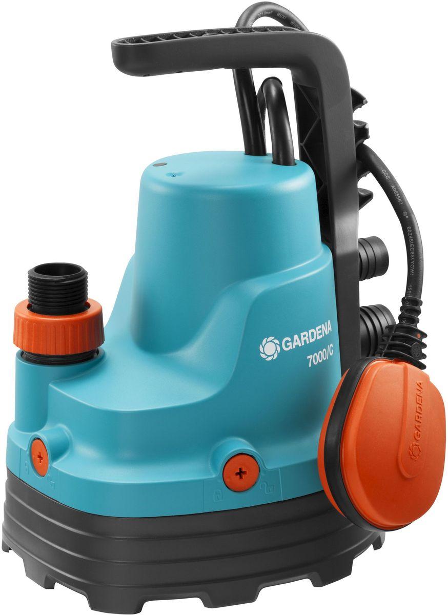 Насос для чистой воды Gardena, дренажный, 7000/C01661-20.000.00Иногда вода может появиться там, где ее не должно быть, например, в подвале или возлестиральной машины, либо вам необходимо просто откачать или перекачать воду.Дренажный насос Gardena идеально подходит для быстрой перекачки чистой или слегказагрязненной воды с диаметром частиц не более 5 мм. Благодаря наличию силового кабелядлиной 10 м, практичный и надежный насос может использоваться для выполнения различныхзадач даже на очень большой глубине. Поплавковый выключатель обеспечивает автоматическоевключение и выключение насоса. Уровни включения и выключения с помощью поплавковоговыключателя регулируются путем изменения положения кабеля в фиксаторе. Переключательвозможно зафиксировать в ручном режиме. Надежный корпус насоса, выполненный изукрепленного стекловолокном пластика, износостойкое рабочее колесо насоса и малошумный.Если в процессе работы рабочее колесо заблокировалось, то вы можете снять нижнюю часть иочистить насос от грязи. Электромотор не требует технического обслуживания, атермовыключатель не позволит насосу перегреться, гарантируя длительный срок эксплуатации.