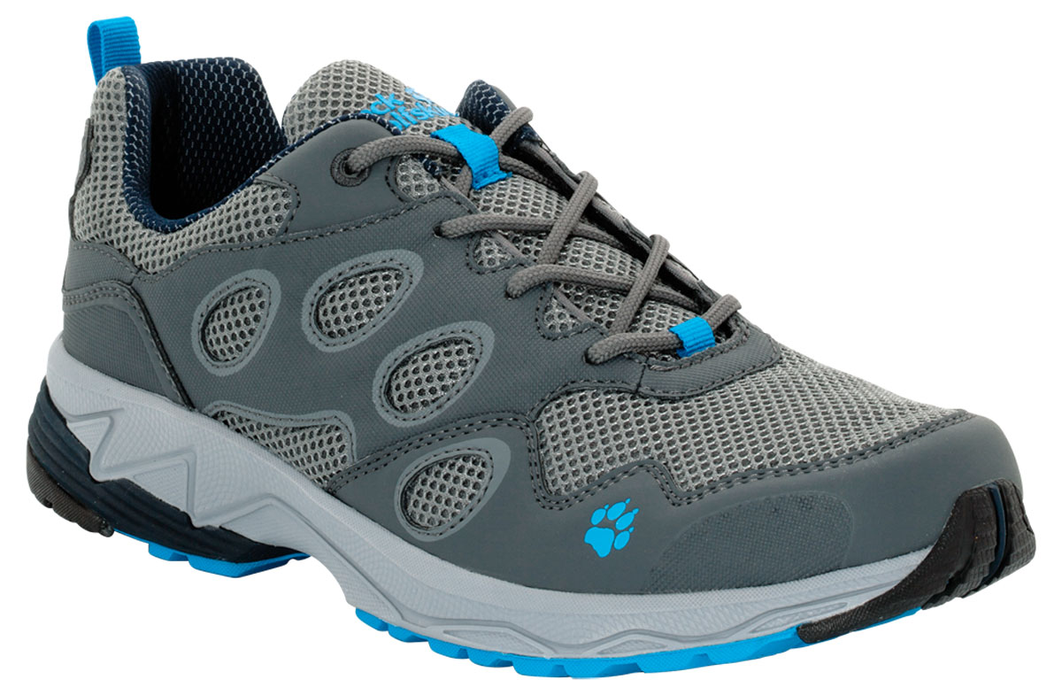Кроссовки мужские Jack Wolfskin Venture Fly Low M, цвет: серый, синий. 4018751-1651. Размер 11 (44)4018751-1651Очень легкая обувь для бега по пересеченной местности умеренной сложности. VENTURE FLY LOW сочетает в себе малый вес и хорошую фиксацию. Голенище из сетчатого материала стабилизируется каркасом из искусственной кожи. Благодаря такому сочетанию материалов обувь не требует специального ухода. Хорошие характеристики переката во время бега гарантирует вам легкая и гибкая подошва WOLF TRAIL.
