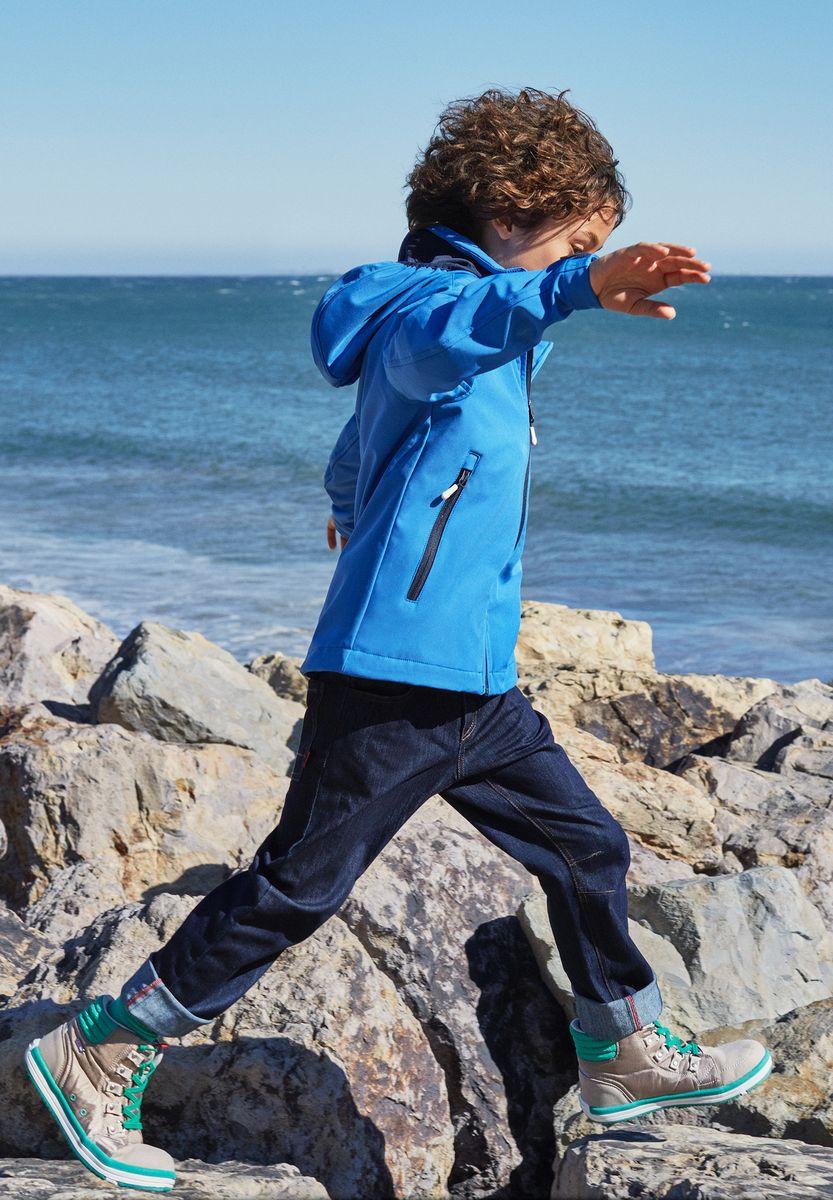Джинсы для мальчика Reima Zomer, цвет: синий. 5222296980. Размер 1465222296980Джинсы сшиты из эластичного и дышащего денима с охлаждающим эффектом. Они обеспечат вашему ребенку свежесть на весь день! Джинсы снабжены передним и задним карманом и потайным карманом для сенсора ReimaGO. Эти джинсы свободного покроя украшены стильным узором в виде буквы R на левом кармане.