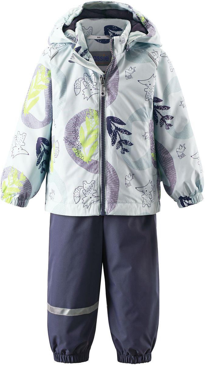 Комплект одежды детский Lassie: куртка, полукомбинезон, цвет: светло-зеленый, темно-синий. 7137038781. Размер 747137038781Практичный демисезонный комплект для малышей состоит из куртки и полукомбинезона. Водоотталкивающему и ветронепроницаемому материалу не страшен небольшой дождик. Этот материал очень функциональный, но в то же время комфортный и дышащий. Гладкая подкладка из полиэстера на легком утеплителе согреет вашего маленького любителя приключений и облегчит вам процесс одевания. Полукомбинезон изготовлен из прочного материала и снабжен эластичными манжетами и съемными штрипками, чтобы не пустить внутрь холод и влагу. Благодаря эластичной талии и регулируемым эластичным подтяжкам он удобно сидит точно по фигуре. Куртка снабжена множеством продуманных элементов, например, безопасным съемным капюшоном, удлиненной спинкой, прорезными карманами и светоотражателями.