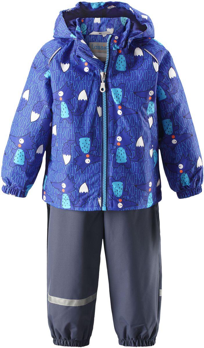 Комплект одежды детский Lassie: куртка, полукомбинезон, цвет: синий, темно-синий. 7137026691. Размер 807137026691Детский комплект, состоящий из куртки-ветровки и полукомбинезона, идеально подойдет для активных маленьких путешественников и исследователей мира! Водоотталкивающему и ветронепроницаемому материалу не страшен небольшой дождик. Этот материал очень функциональный, и в то же время комфортный и дышащий. Полукомбинезон изготовлен из прочного материала и снабжен эластичными манжетами и съемными штрипками, чтобы не пустить внутрь холод и влагу. Благодаря регулируемым эластичным подтяжкам он удобно сидит точно по фигуре. Съемный капюшон защищает голову ребенка от пронизывающего ветра, к тому же он абсолютно безопасен: легко отстегнется, если вдруг за что-нибудь зацепится. Куртка снабжена множеством продуманных элементов, например, прорезными карманами и светоотражателями.