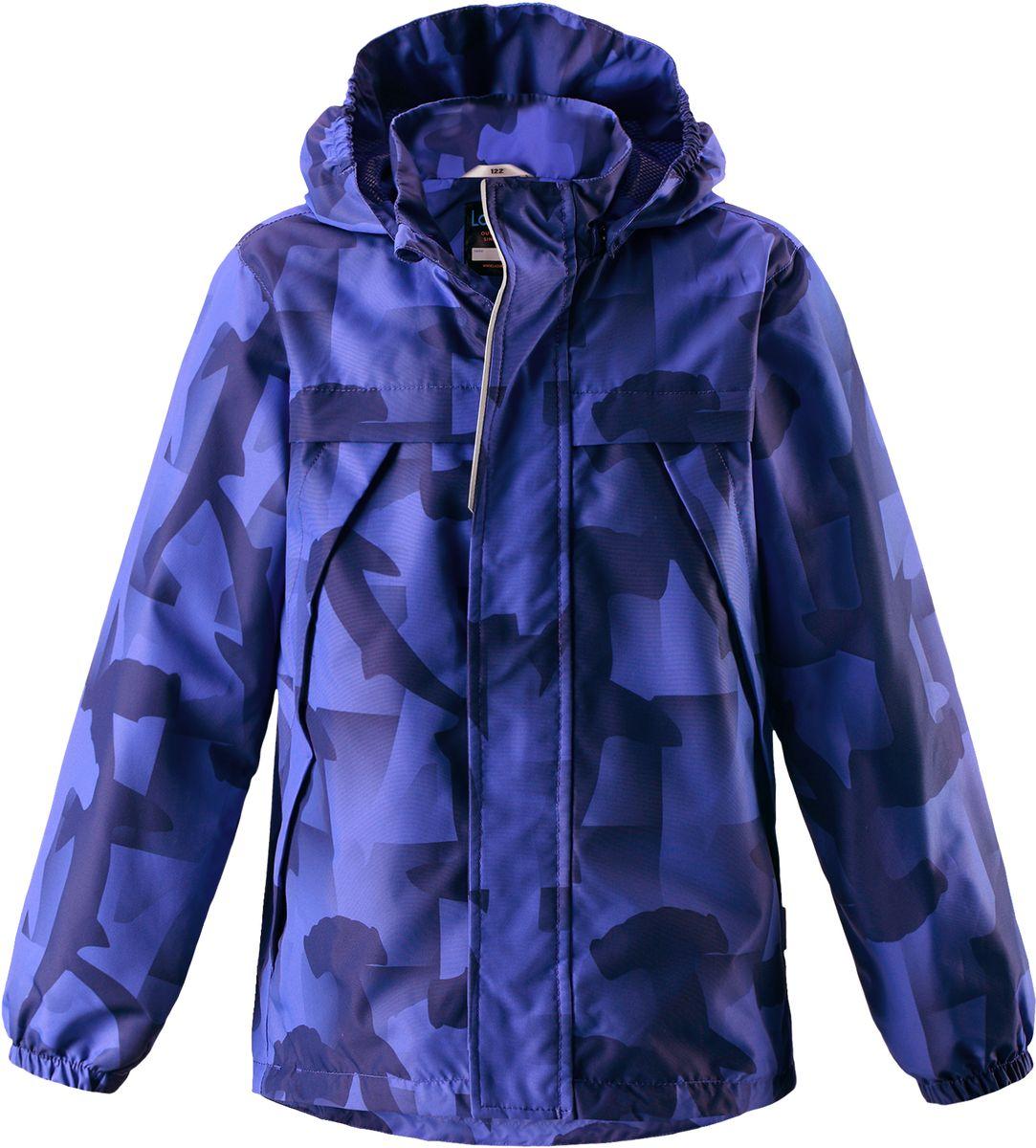 Куртка для мальчика Lassie, цвет: синий. 721707R6691. Размер 98721707R6691Легкая и удобная куртка для мальчиков на весенне-осенний период. Она изготовлена из водоотталкивающего и ветронепроницаемого, но при этом дышащего материала. Куртка снабжена дышащей и приятной на ощупь подкладкой на легком утеплителе, которая облегчает одевание. Съемный капюшон обеспечивает защиту от холодного ветра, а также безопасен во время игр на свежем воздухе! Благодаря регулируемому подолу эта модель свободного покроя отлично сидит по фигуре. Снабжена множеством продуманных элементов, например, передними карманами и эластичными манжетами.