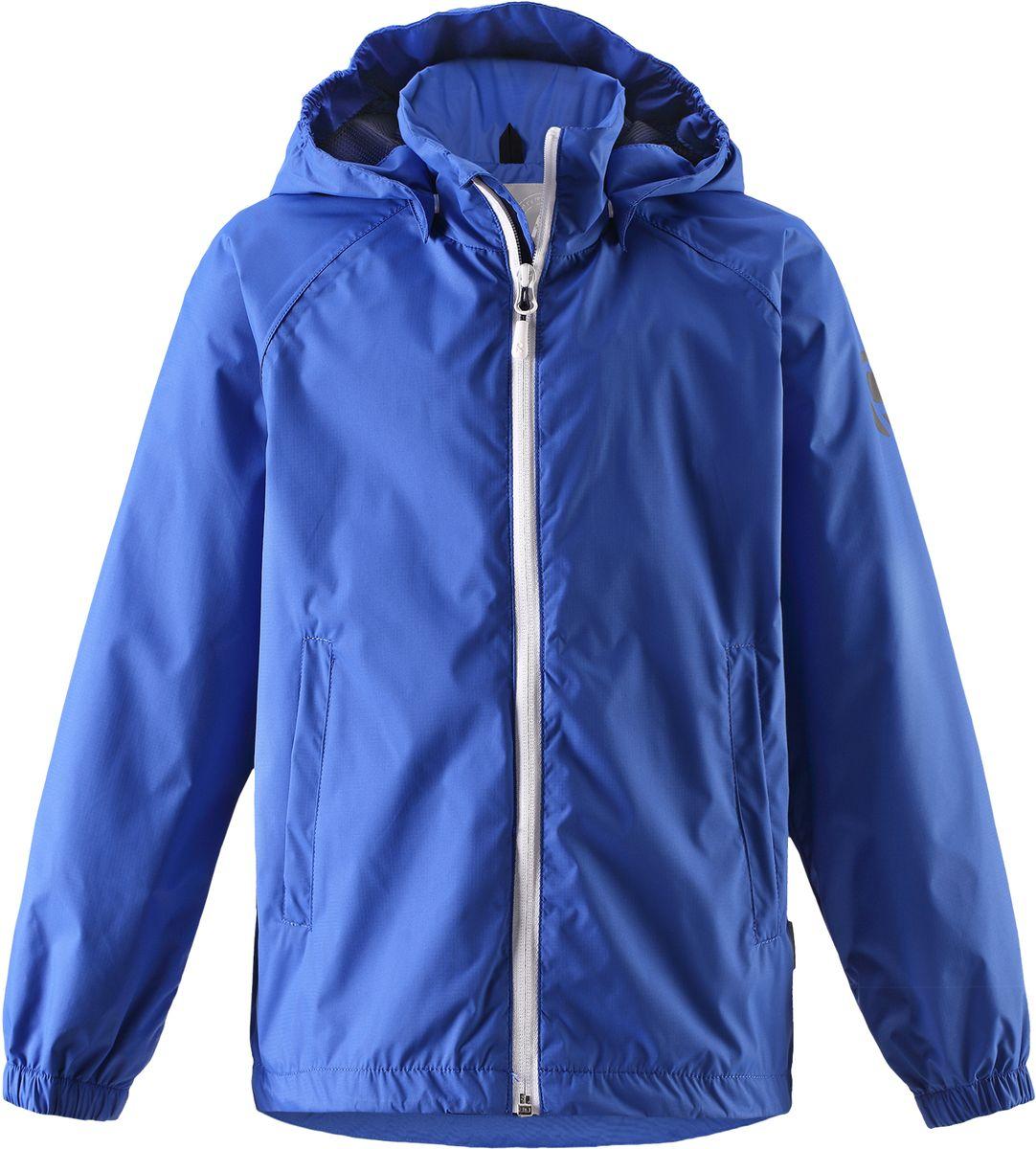 Куртка детская Reima Roder, цвет: синий. 5312730. Размер 1465312730Эту очень легкую куртку можно хранить в ее собственном кармане! Но это совершенно не сказалось на качестве: дышащий материал не пропускает ветер и дождь, а все самые важные швы заклеены, водонепроницаемы. Простая в уходе куртка практически не мнется и снабжена съемным капюшоном. Капюшон безопасен во время игр на улице, он легко отстегнется, если за что-нибудь зацепится. Регулируемый подол и талия, карманы с клапанами завершают образ.