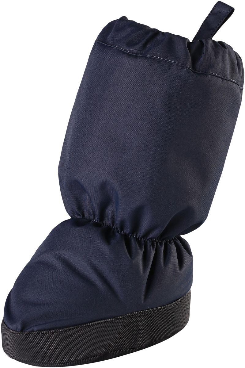 Пинетки Reima Hiipii, цвет: темно-синий. 5171566980. Размер 05171566980Эластичные, теплые и удобные пинетки для малышей просто идеальны для прогулок в коляске. Пинетки изготовлены из ветро- и водонепроницаемого, грязеотталкивающего материала, которому не страшны брызги и небольшой дождик. Их очень легко надевать благодаря эластичным резинкам на голени и щиколотке. Нескользящая подошва не даст малышу упасть на скользкой поверхности. Обратите внимание: пинетки могут промокать, так как они выполнены из водонепроницаемого материала не полностью.