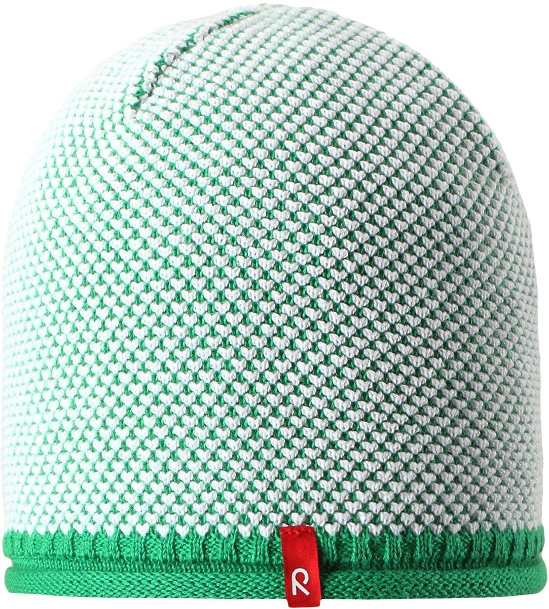 Шапка детская Reima Seilori, цвет: зеленый. 5285298800. Размер 565285298800Яркая детская шапка станет превосходным выбором в межсезонье, в ней можно и поиграть во дворе, и прогуляться по городу. Изготовлена из мягкого и комфортного вязаного хлопка. Эта симпатичная облегченная модель без подкладки идеально подходит для солнечной погоды. Модный вязаный узор.