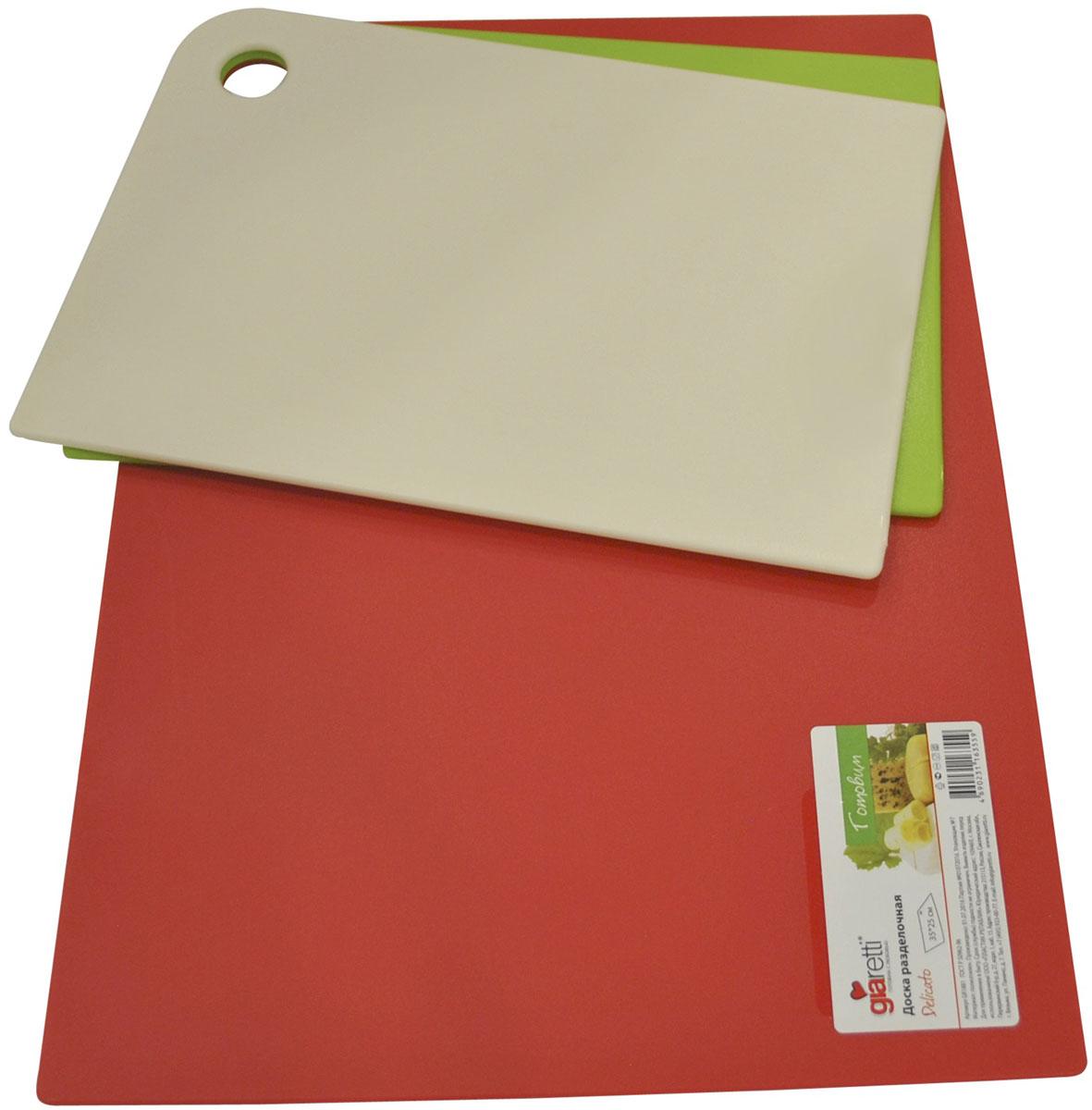 Набор разделочных досок Giaretti Trio, гибкие, цвет: оливковый, сливочный, красный, 3 предметаGR1886МИКСМаленькие и большие, под хлеб или сыр, овощи или мясо. Разделочных досок много не бывает. Giaretti предлагает новинку – гибкие доски.Преимущества:-не скользит по поверхности стола - вы можете резать продукты и не отвлекаться на мелочи; -удобно использовать - на гибкой доске вы сможете порезать продукты, согнув доску переложить их в блюдо и не рассыпать содержимое;-легкие доски займут мало места на вашей кухне;-легко моются в посудомоечной машине; -оптимальный размер доски позволят вам порезать небольшой кусок сыра или нашинковать много овощей. Набор Trio специально создан для разных типов продуктов, которые обозначены цветом. Очень удобно: мясо и свежую рыбу вы режете на большой красной доске, овощи - на зеленой, сыр и хлеб - на доске цвета слоновая кость. В набор входит три доски: 25 x 17 см (2 шт), 35 x 25 см (1 шт).