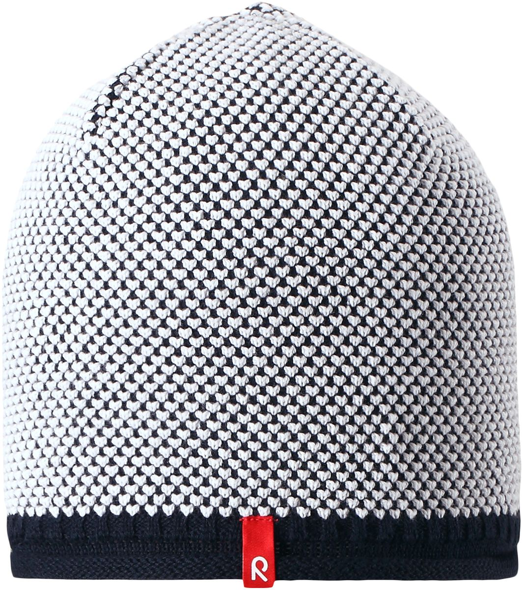 Шапка детская Reima Seilori, цвет: темно-синий. 5285296980. Размер 565285296980Яркая детская шапка станет превосходным выбором в межсезонье, в ней можно и поиграть во дворе, и прогуляться по городу. Изготовлена из мягкого и комфортного вязаного хлопка. Эта симпатичная облегченная модель без подкладки идеально подходит для солнечной погоды. Модный вязаный узор.