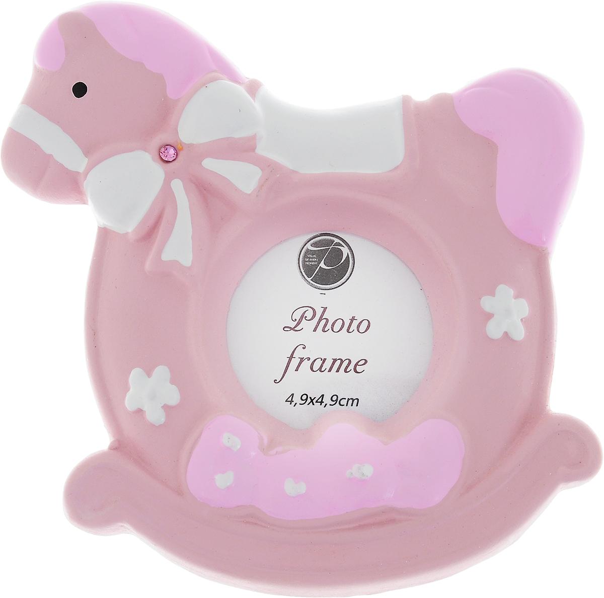 Фоторамка Pioneer, цвет: розовый, 4,9 х 4,9 см19_розовый, белыйФоторамка Pioneer изготовлена из высококачественной керамики и картона с металлическими элементами. Изделие выполнено в виде лошадки и декорирована надписью Baby. Оборотная сторона рамки оснащена специальной ножкой, благодаря которой ее можно поставить на стол или любое другое место в доме или офисе. Такая фоторамка поможет вам оригинально и стильно дополнить интерьер помещения, а также позволит сохранить память о дорогих вам людях и интересных событиях вашей жизни.Размер фотографии: 4,9 х 4,9 см. Размер фоторамки: 10,5 х 10,5 х 2 см.