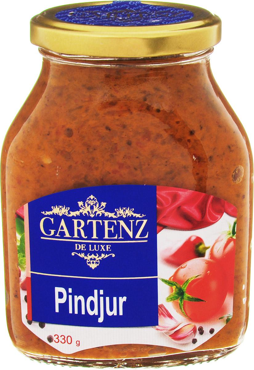 Gartenz de Luxe пинджур, 330 гоаа003Овощной деликатес из печеного красного перца, баклажанов и томатов приготовлен по традиционным рецептам балканской кухни. Идеально подойдет для легкого завтрака, быстрой закуски или позднего ужина. Продукция под торговой маркой Gartenz de Luxe ориентирована на удовлетворение самых изысканных вкусовых предпочтений. Овощные деликатесы Gartenz de Luxe объединяют в себе уникальную рецептуру, использование отборных овощей, отсутствие искусственных добавок, и яркий, контрастный дизайн. Строгий отбор и непрерывный тщательный контроль сырья опытными специалистами, в сочетании с высокими технологиями производства, позволяют поддерживать стабильно высокое качество всей линейки Gartenz de Luxe. Перец и баклажаны, используемые для производства овощных закусок Gartenz de Luxe выращиваются в Македонии. Перед приготовлением овощи очищаются, обжигаются на открытом огне и режутся на кусочки. Процесс приготовления происходит при низких температурах (50 С), что позволяет максимально сохранить витамины в готовом продукте. Завершается готовка повторным обжиганием на огне в течение 5-7 минут. На этом этапе продукт приобретает свой особый вкус и аромат копчения, а также насыщенный цвет. Качество продукции в линейке Gartenz de Luxe Балканская кухня превосходит аналоги, потому как продукты содержат существенно меньше воды за счет приготовления на открытом огне, обладают пряным насыщенным вкусом и натуральным цветом.