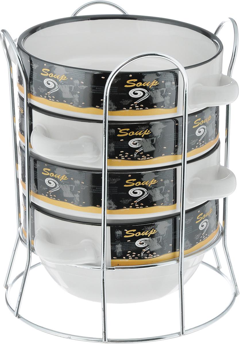 Набор бульонниц Loraine, на подставке, 575 мл, 5 предметов. 2128421284Набор Loraine состоит из четырех бульонниц, выполненных из высококачественной экологически чистой керамики, покрытой глазурью. В керамической посуде блюда сохраняют свои вкусовые качества, кроме того, она обладает термической и химической прочностью. В бульонницах удобно подавать на стол супы, каши, хлопья с молоком и многое другое. Набор очень удобен в использовании. Благодаря металлической подставке изделия можно компактно хранить. Бульонницы подходят для мытья в посудомоечной машине, можно использовать в СВЧ. Диаметр бульонниц (по верхнему краю): 14 см. Высота стенки: 7 см. Размер подставки: 17 х 17 х 20 см.